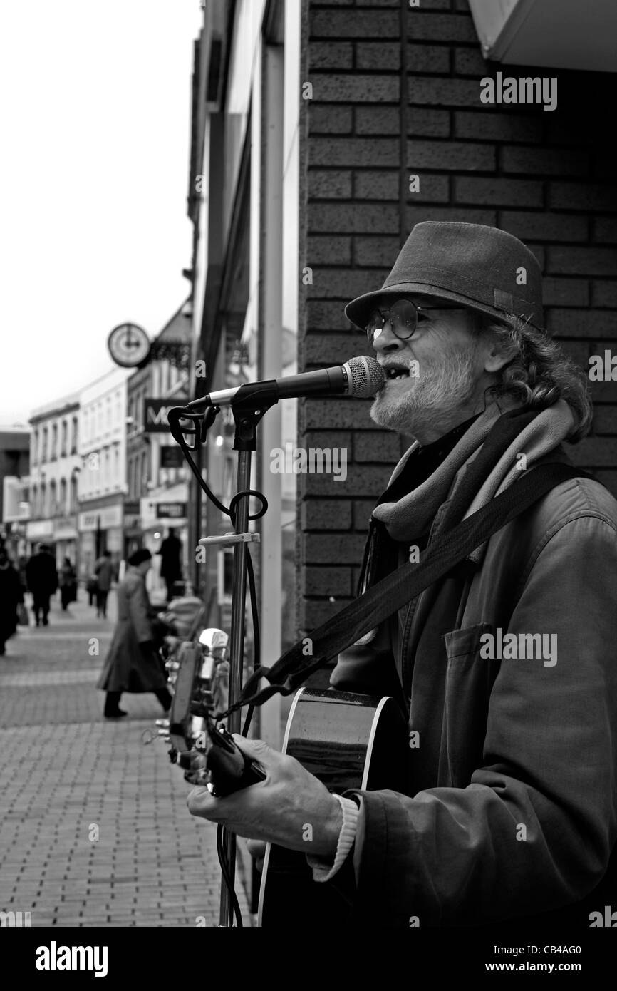 Busker on the streets of Maidenhead, England - Stock Image