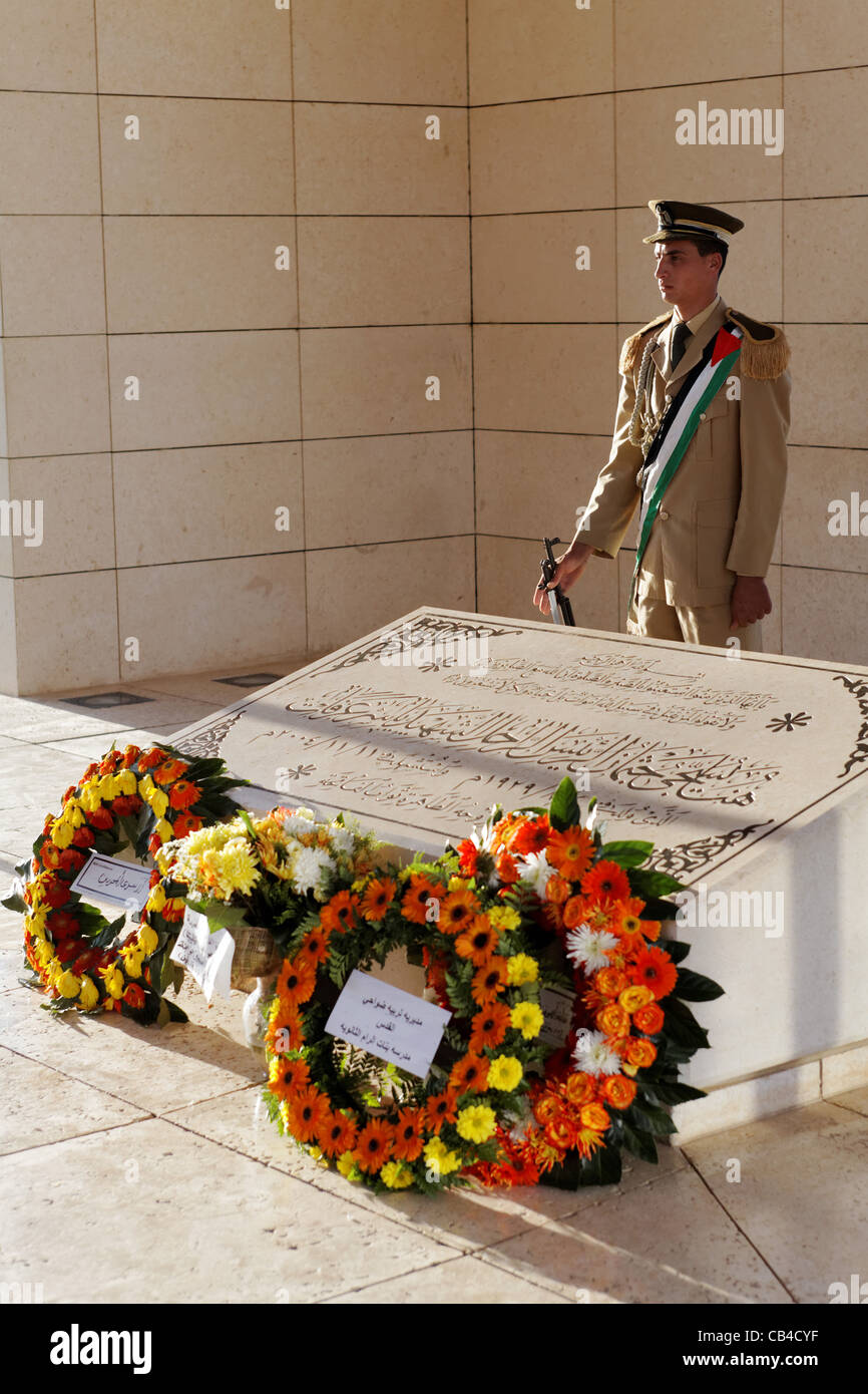 Palestinian guards standing guard at Arafat's grave in his former headquarter 'Muqata' compound. Ramallah, - Stock Image
