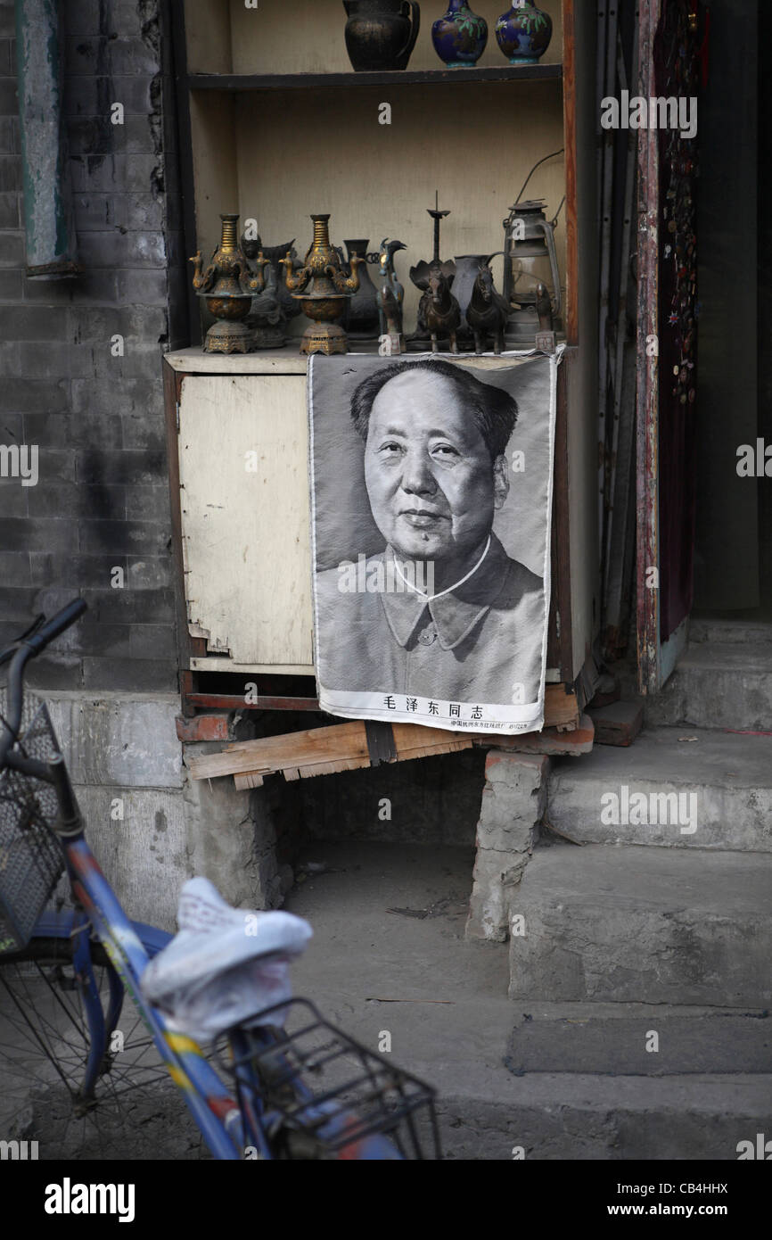 Chairman Mao Tse-Tung poster and traditional Chinese pots for sale tiny backstreet shop for sale Hutong area Beijing, - Stock Image