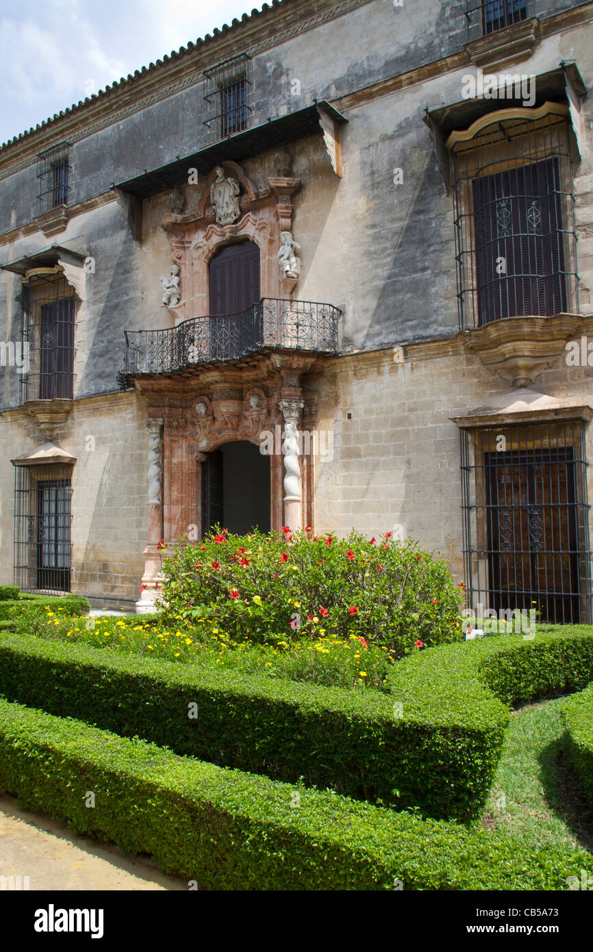 Old building and trimmed box hedge, Jerez, Andalucia, Spain - Stock Image
