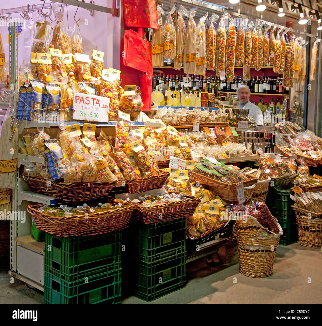 Food stall in the Mercato Centrale, Florence, selling various pastas, also dried tomatoes, herbs,  wine and Limoncello - Stock Image