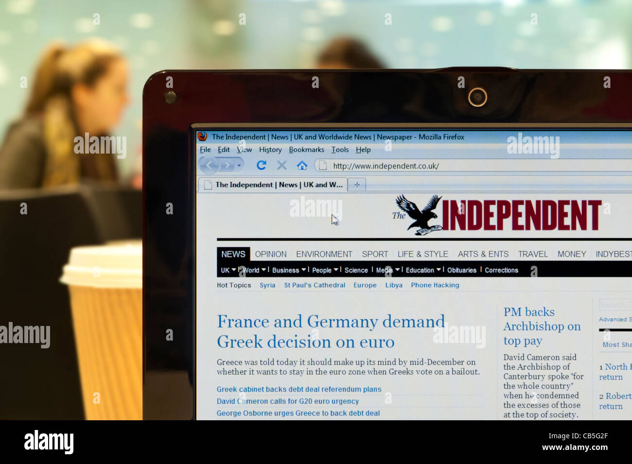 The Independent website shot in a coffee shop environment (Editorial use only: print, TV, e-book and editorial - Stock Image