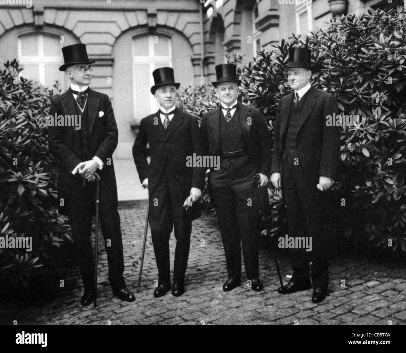 AMERICAN DELEGATION AT 1919 PEACE CONFERENCE from l: Bernard Baruch, Norman H. Davis, Vance McCormick, Herbert Hoover - Stock Image