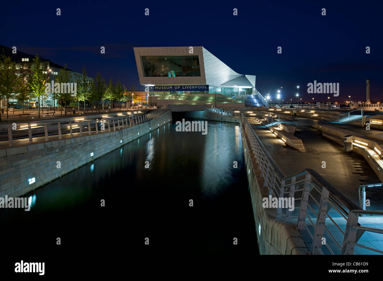 Night view of Museum of Liverpool across the Leeds Liverpool Canal and new public realm at the Pier Head, Liverpool. - Stock Image
