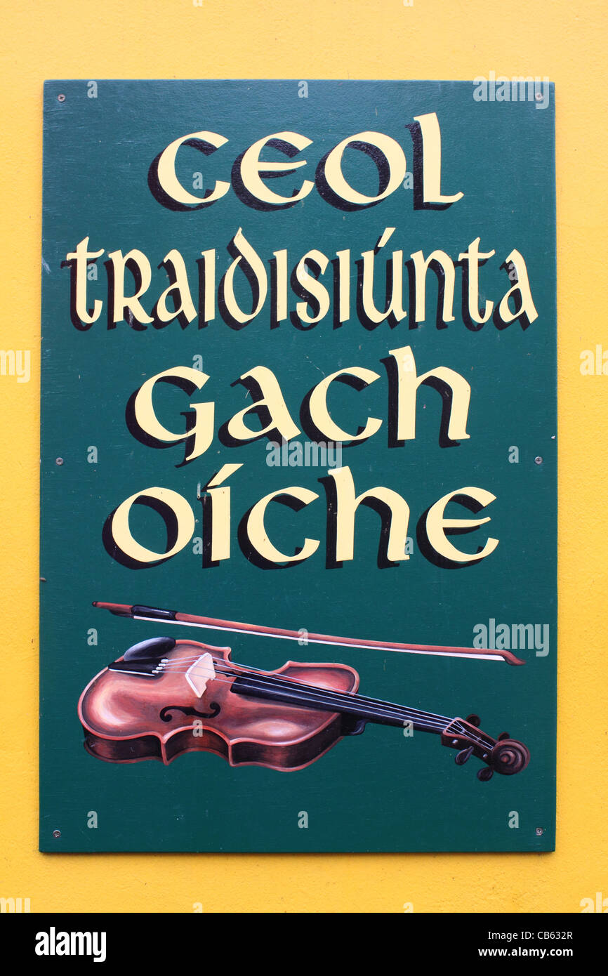 Sign advertising traditional Irish music outside a pub in the town of Dingle, County Kerry, Ireland - Stock Image