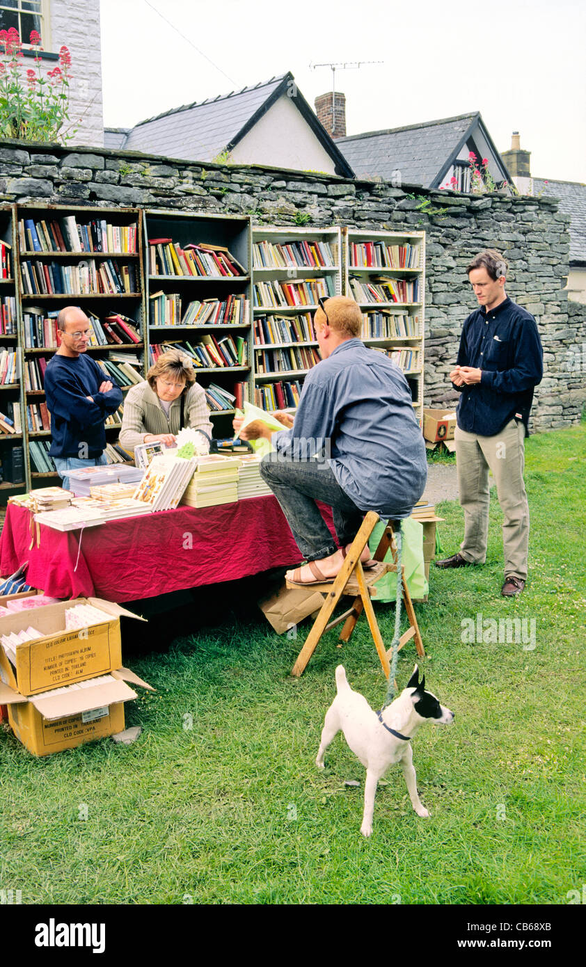 Second-hand books for sale in Castle Courtyard, village of Hay-on-Wye, Powys, Wales, UK, famous for annual literary - Stock Image