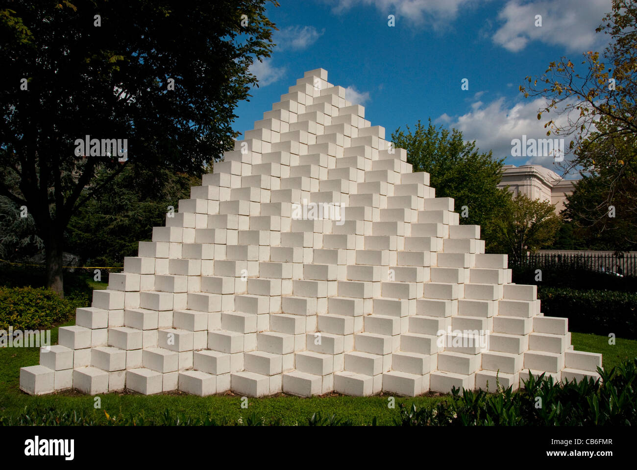 National Sculpture Garden Four-Sided Pyramid Sol Lewitt Washington DC dc12 national park landmark art carving sculpture - Stock Image