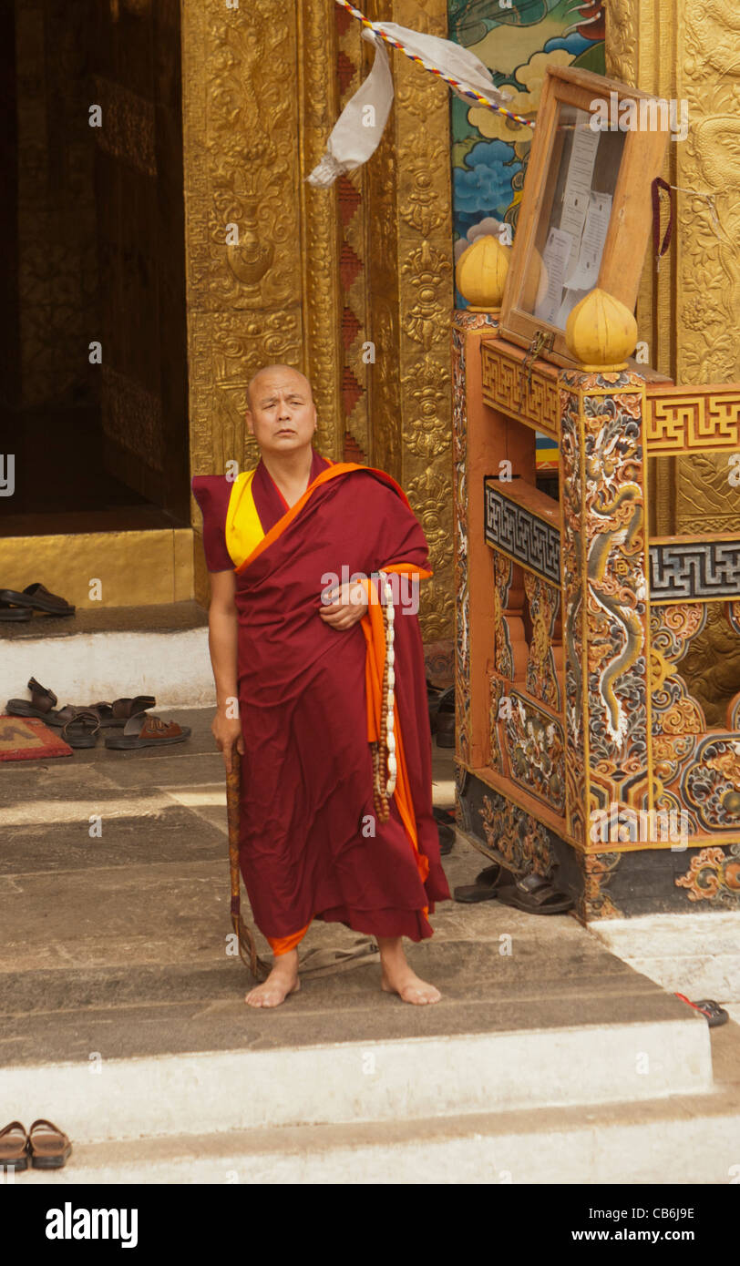 The abbot at the Punakha Dzong summons the young monks to lessons - Stock Image