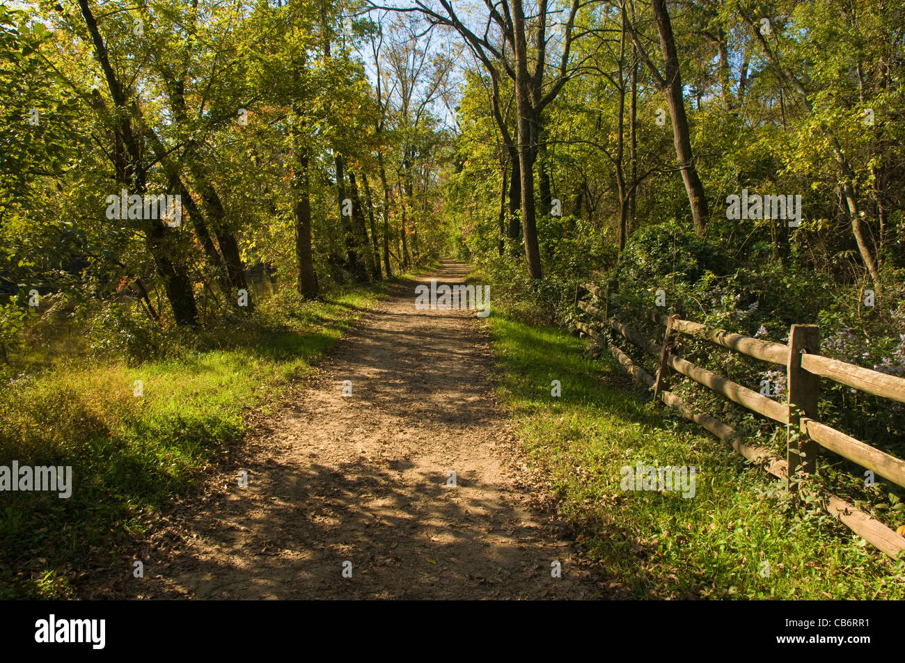 Trail along the D&R (Delaware & Raritan) Canal in New Jersey in early autumn - Stock Image