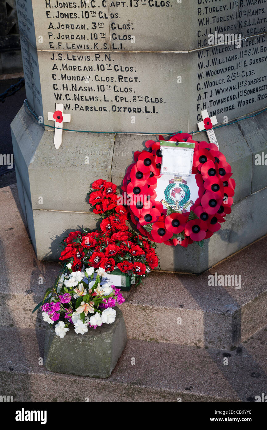 CENOTAPH IN LYDNEY GLOS ON REMEMBRANCE SUNDAY 2011 - Stock Image