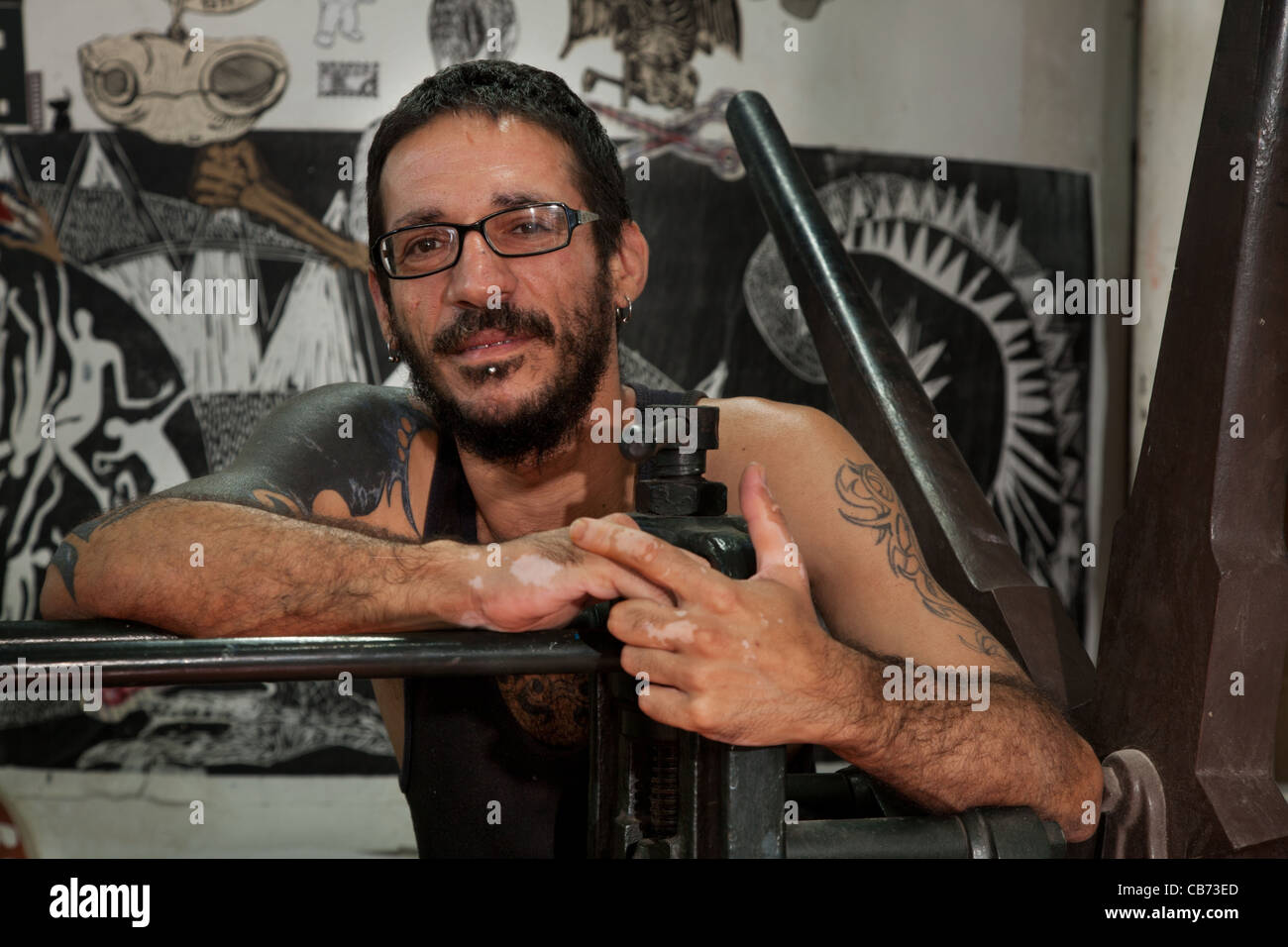Daniel, an engraver at the National Porto Carrero Engraving School workshop, Havana (La Habana), Cuba - Stock Image