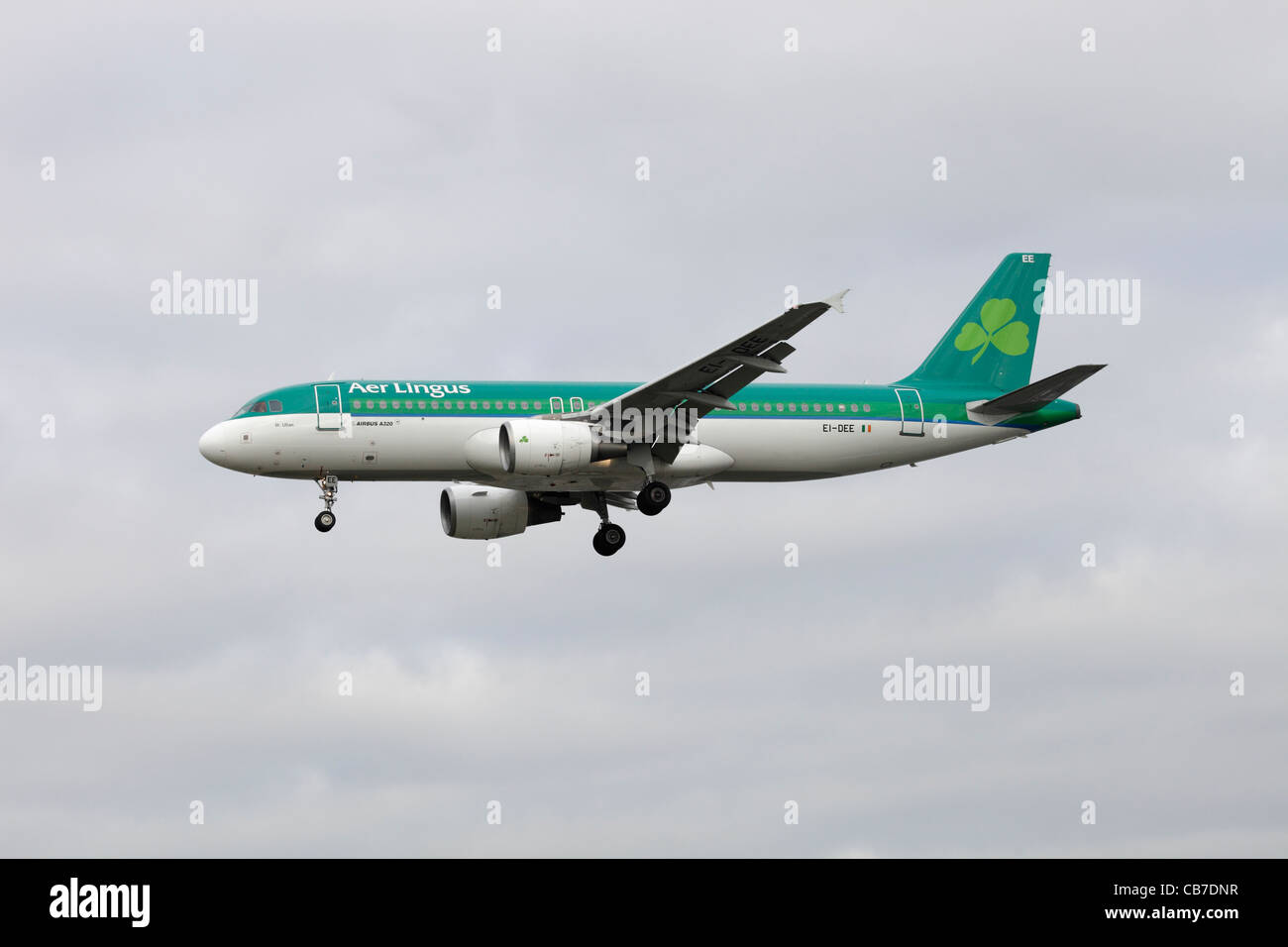 Aer Lingus Airbus A320-214 EI-DEE on approach to Heathrow : cloudy sky - Stock Image