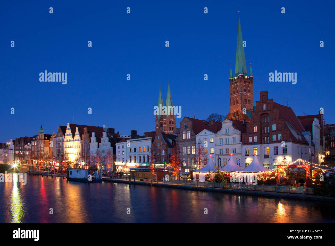 Illuminated booths and stands at Christmas market in the Hanseatic City of Lübeck, Germany - Stock Image