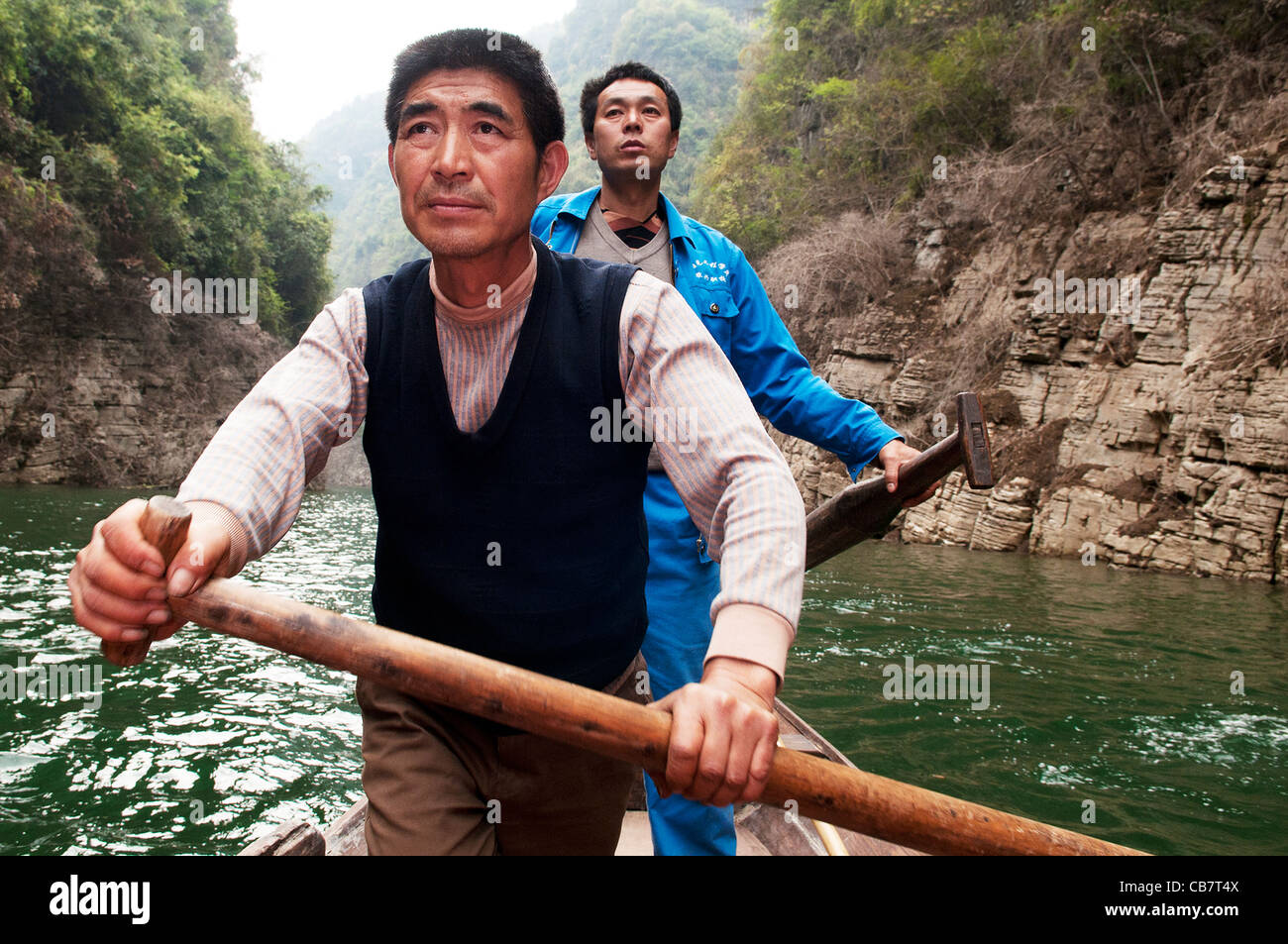 China, Yangtze River. Two boatmen steer a traditional peapod boat along the Shennong Stream - Stock Image