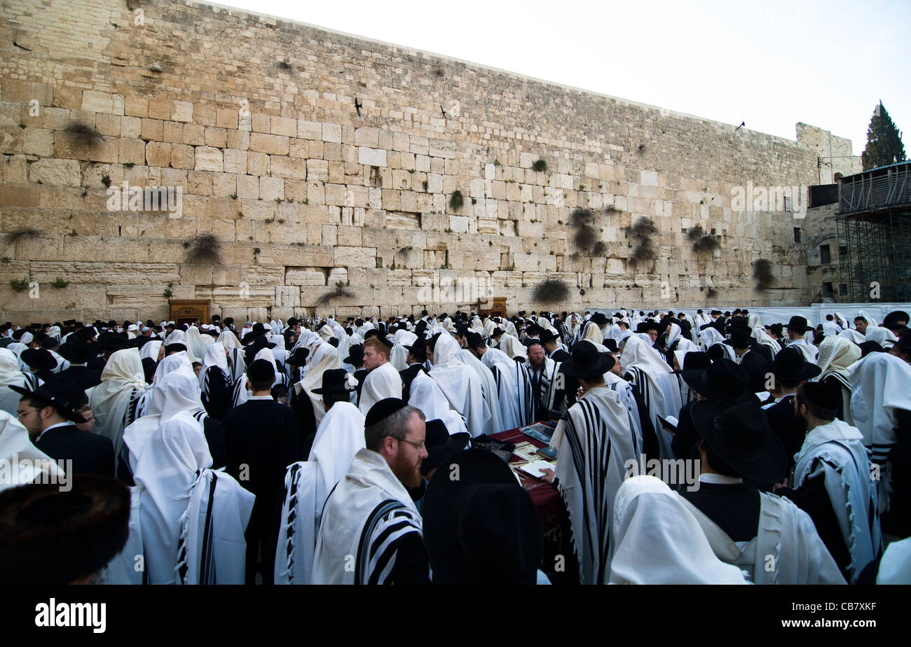 Orthodox Jewish men praying by the wailing wall in the old city of Jerusalem. - Stock Image