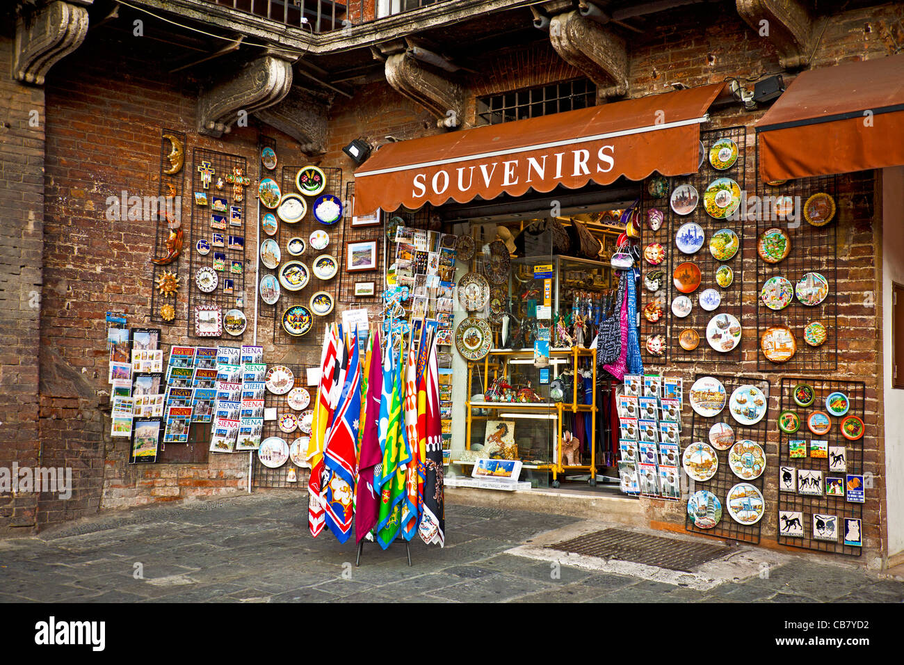 Souvenir shop in the Piazza di Campo, Siena, Tuscany. Plates, guidebooks, maps, scarves, tiles, paintings, gifts, - Stock Image