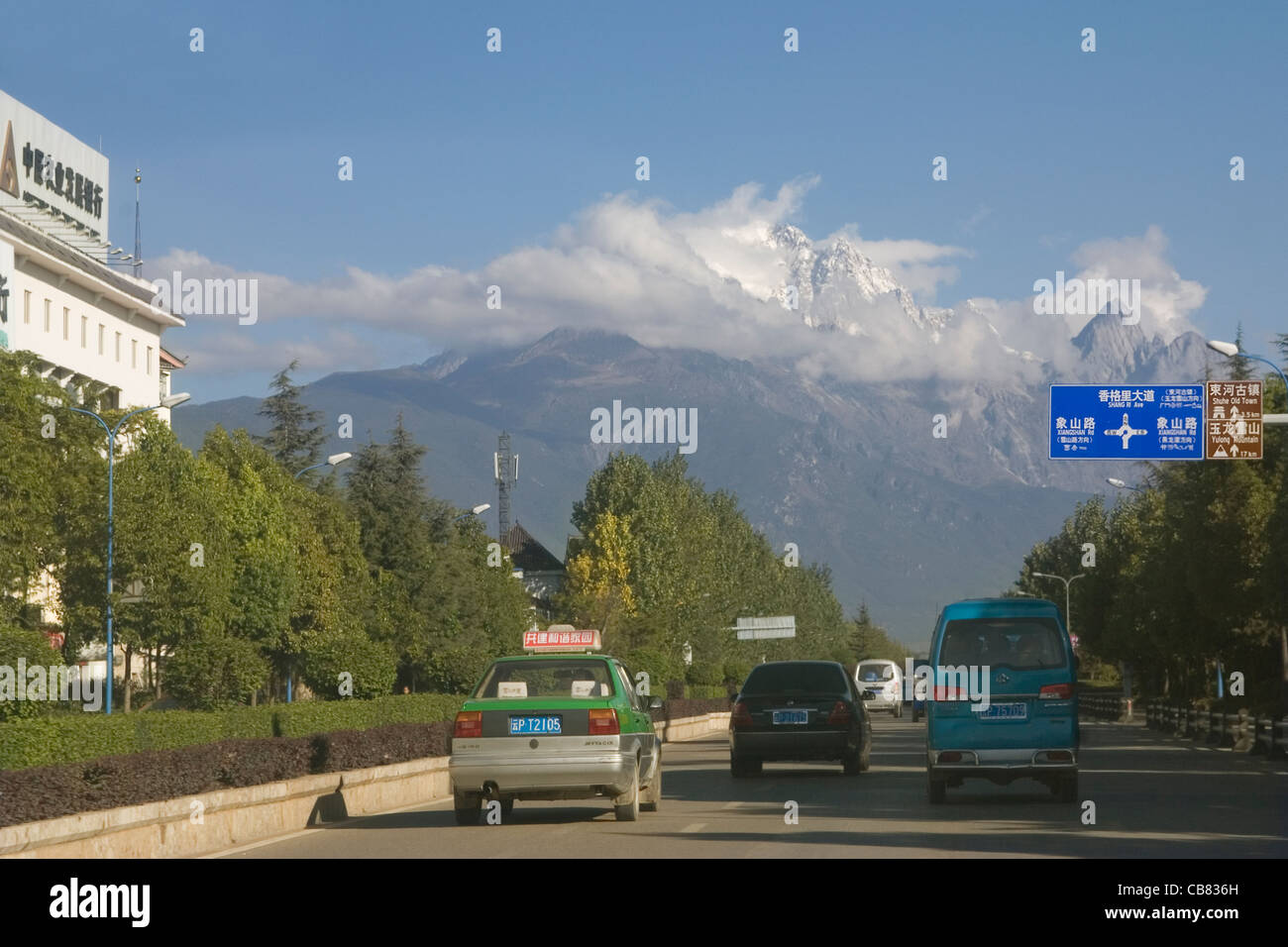 China Yunnan Lijiang road to Jade Dragon Snow mountain - Stock Image