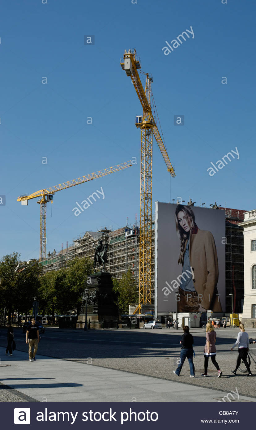 Gisele Bündchen on giant advertising billboard for Esprit fashion company on construction work scaffolding - Stock Image