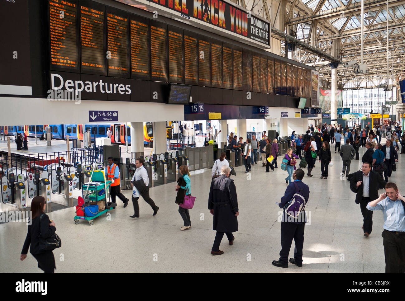 WATERLOO STATION Elevated view of the modern busy departures concourse with network information screens at Waterloo - Stock Image