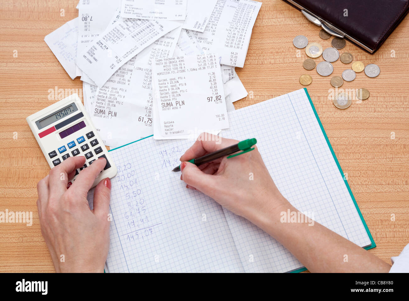 purse with money and shopping receipt on table - Stock Image