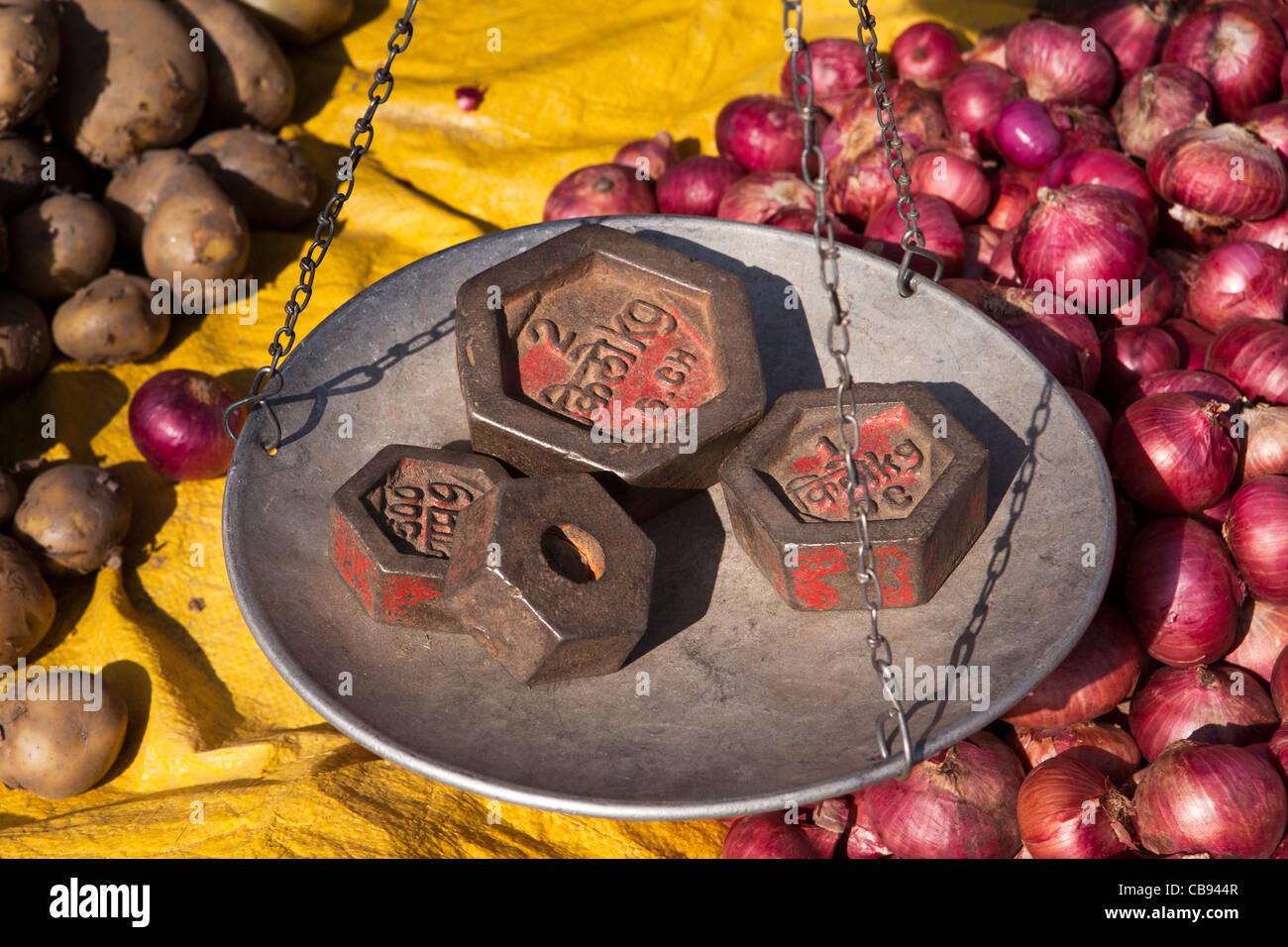 India, Meghalaya, Jaintia Hills, Shillong district, Ummulong Bazar, onion stall, weights on scales - Stock Image