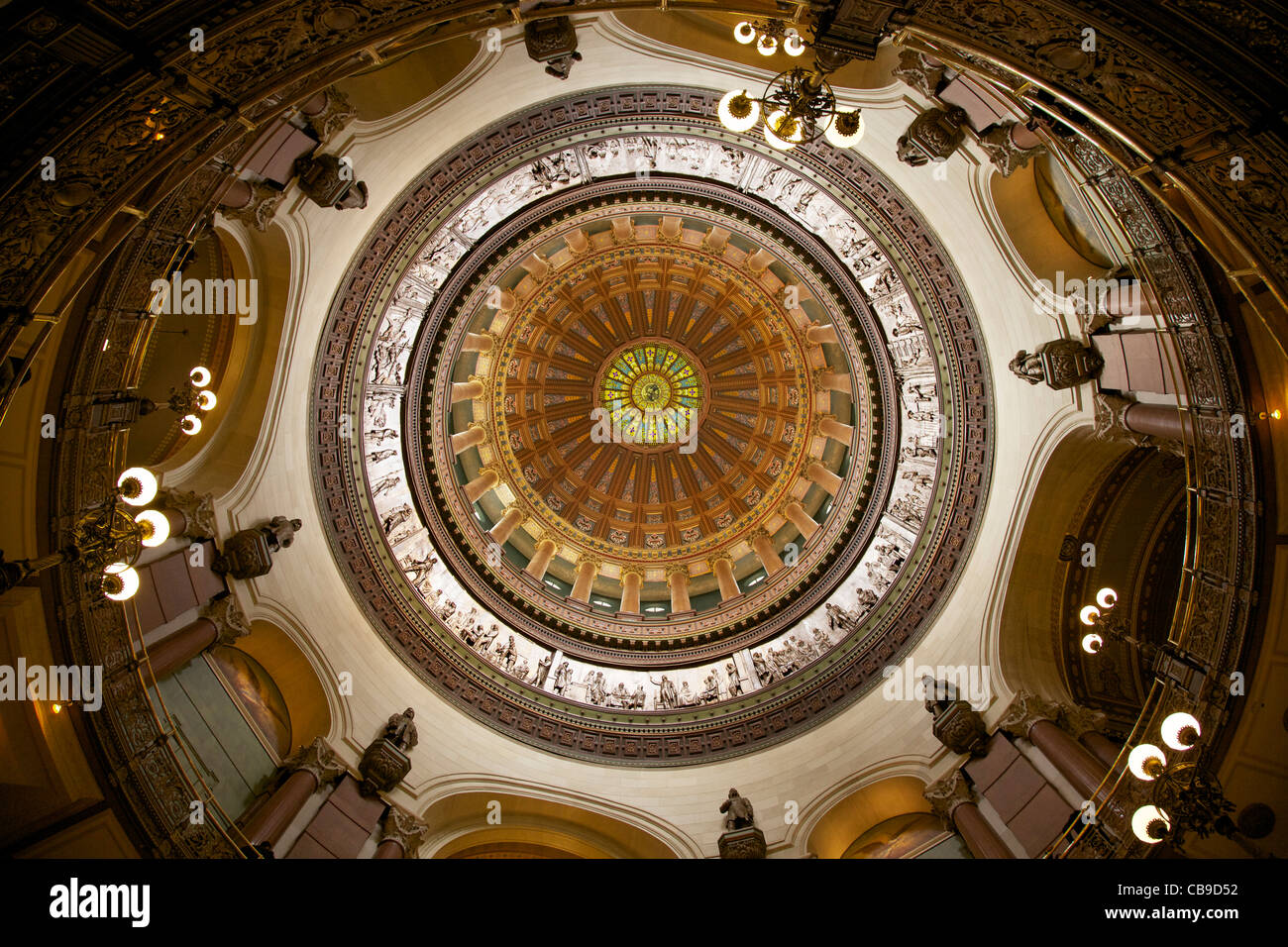 Rotunda and dome of the Illinois State Capitol Building showing historical statues and plaster bas-relief frieze - Stock Image