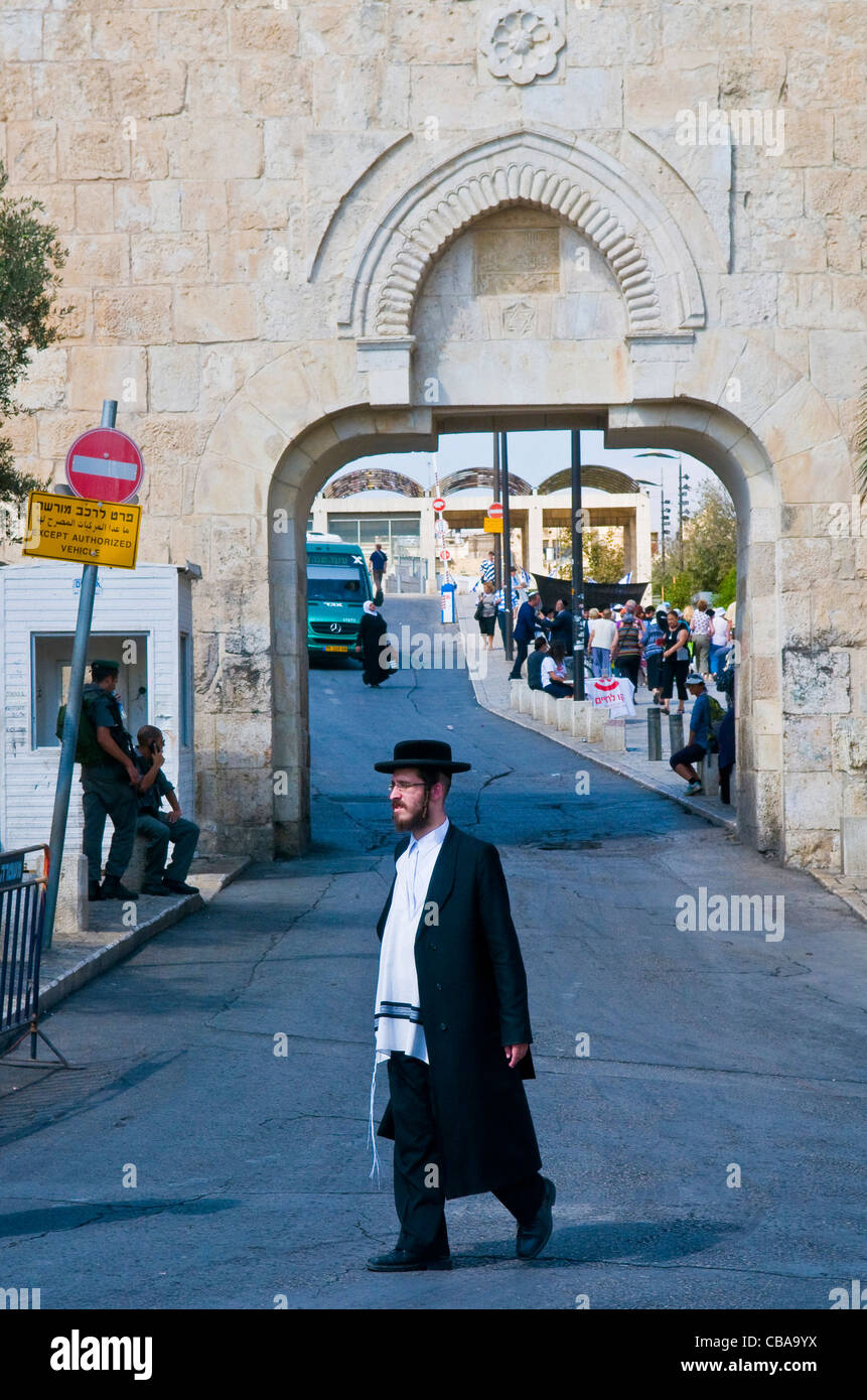 An ultra- Orthodox Jewish man stand near the Dung gate in the old city of Jerusalem , Israel - Stock Image