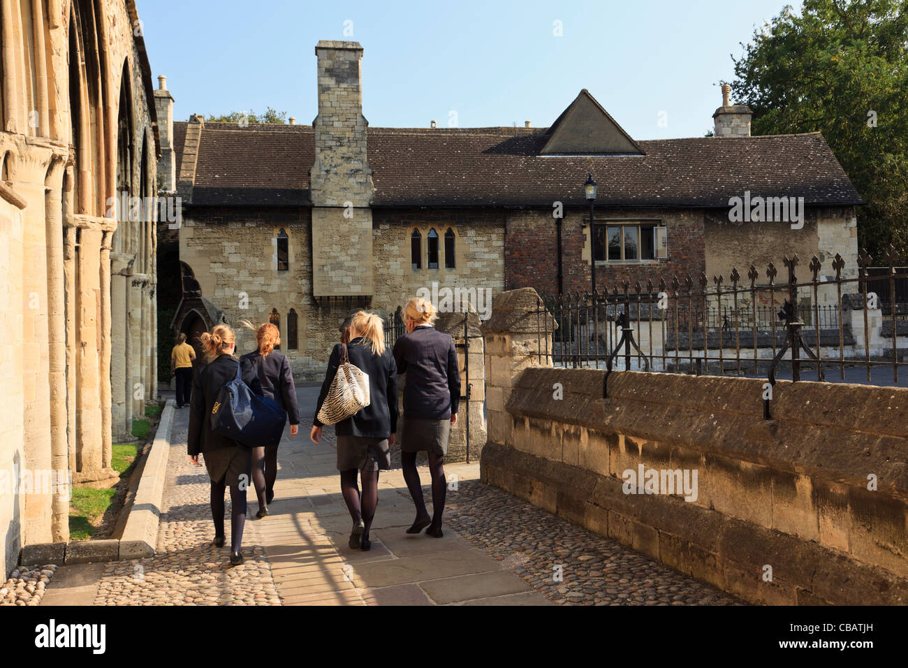 Pupils from The King's School by Infirmary arches and 14th century Dulverton House 6th form centre in Gloucester - Stock Image