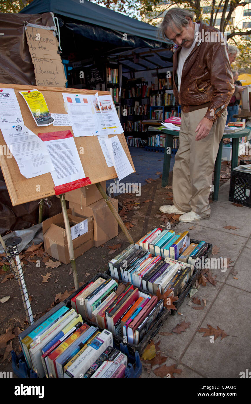 Washington, DC - The library at the Occupy DC camp in McPherson Square. - Stock Image