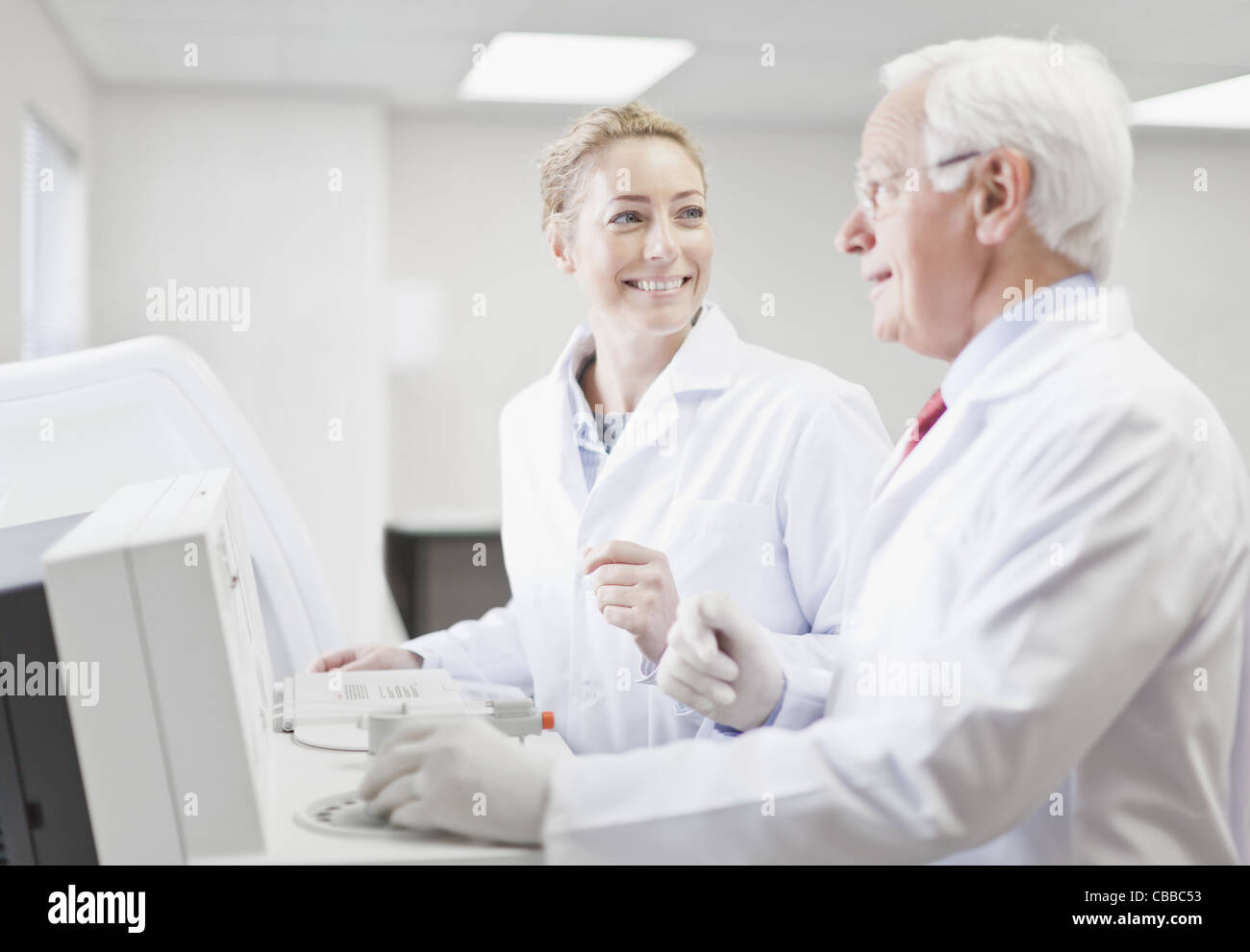 Scientists working in pathology lab - Stock Image
