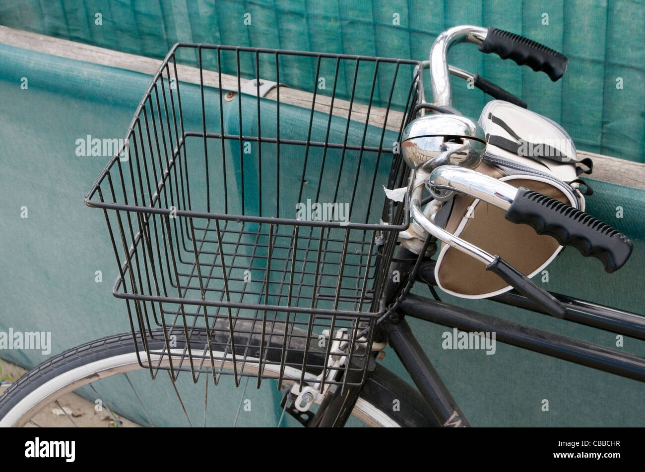 basket bike cycle bikes cycles carrying wire baskets - Stock Image