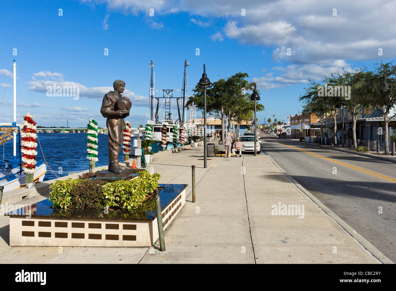 The waterfront at the Sponge Docks with statue of a diver in the foreground, Dodecanese Boulevard, Tarpon Springs, - Stock Image