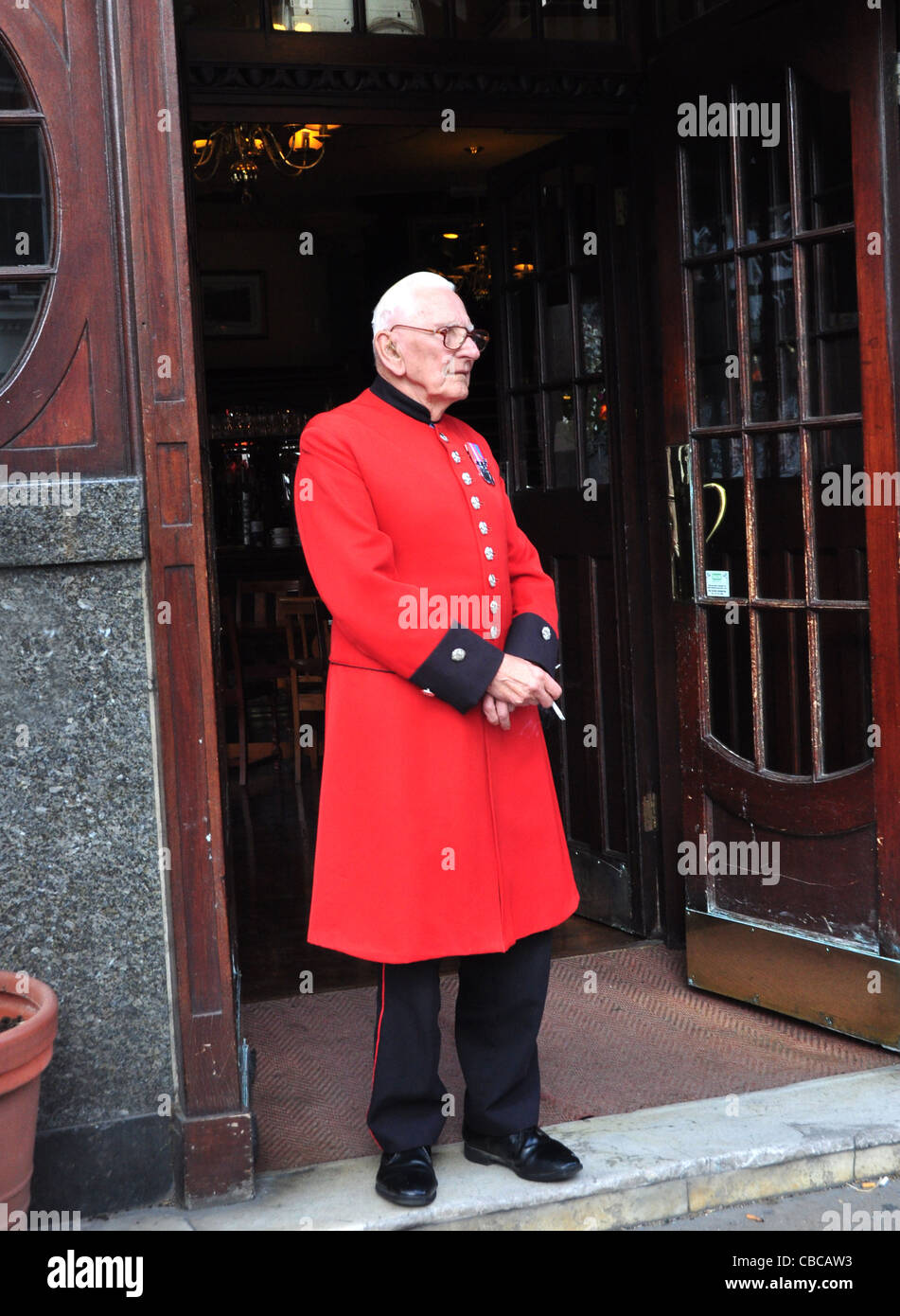 A Chelsea Pensioner at the Albert Pub in London's Victoria Street - Stock Image