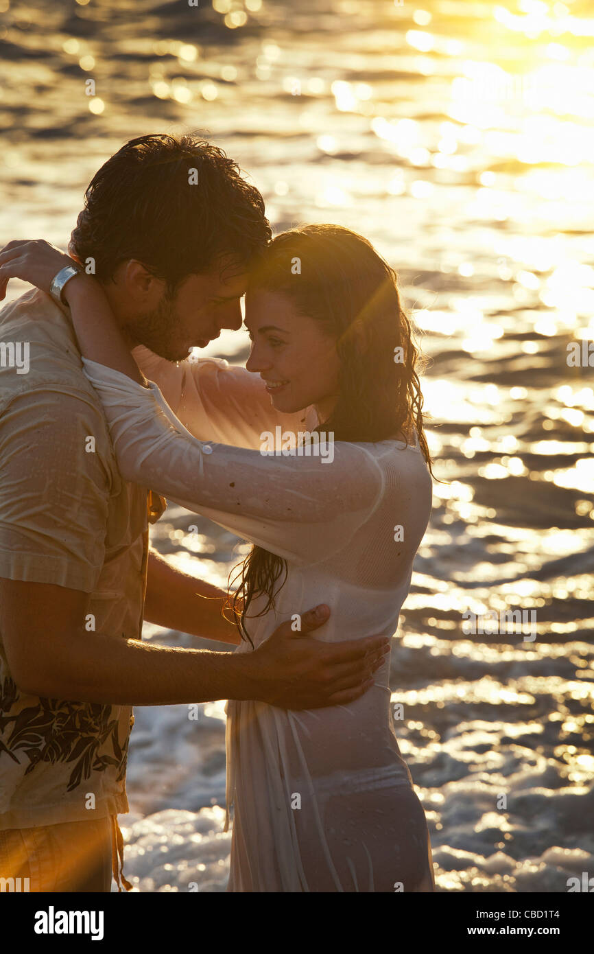 Couple hugging at beach - Stock Image
