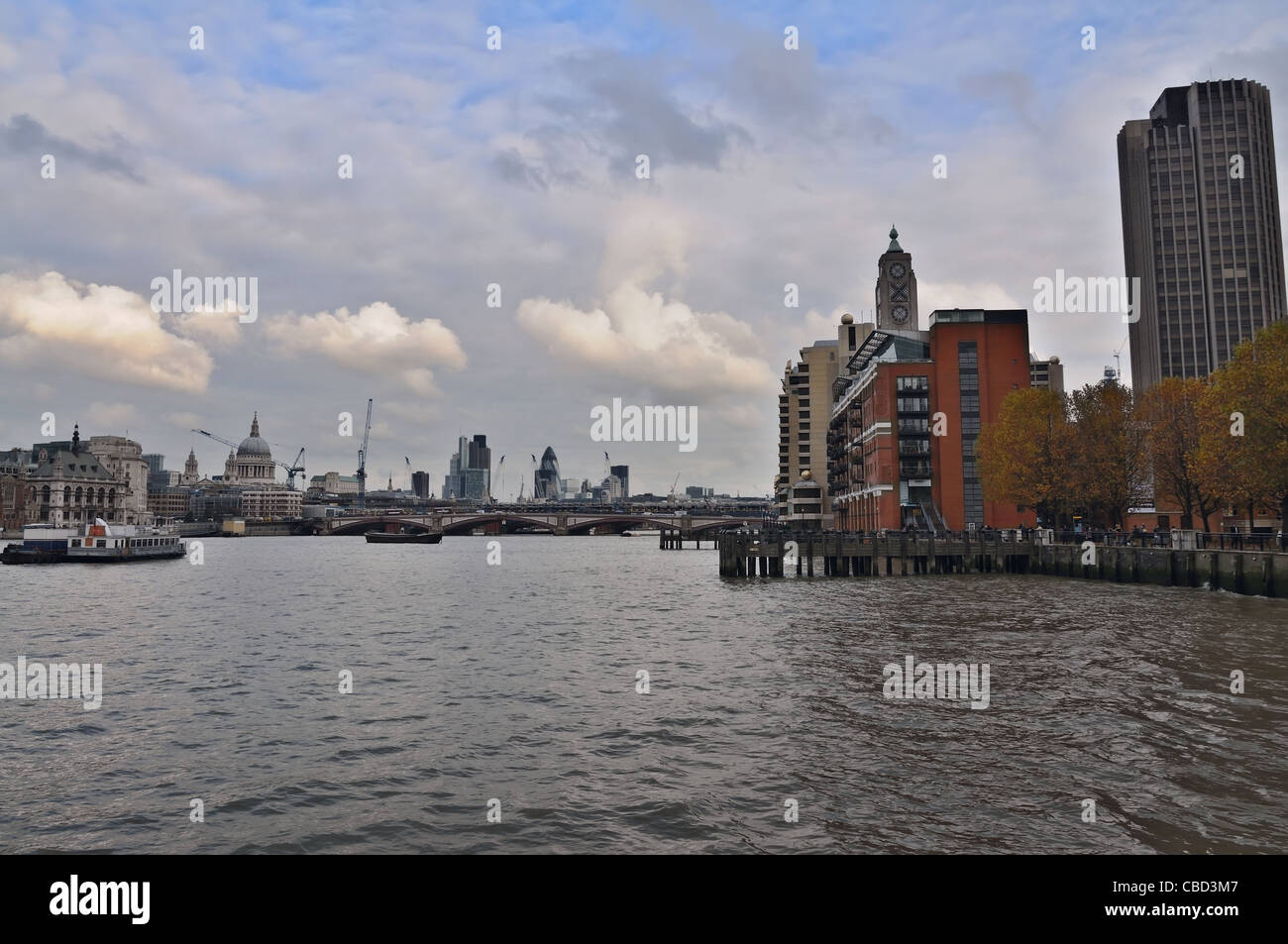 London: embankment of the River Thames - Stock Image
