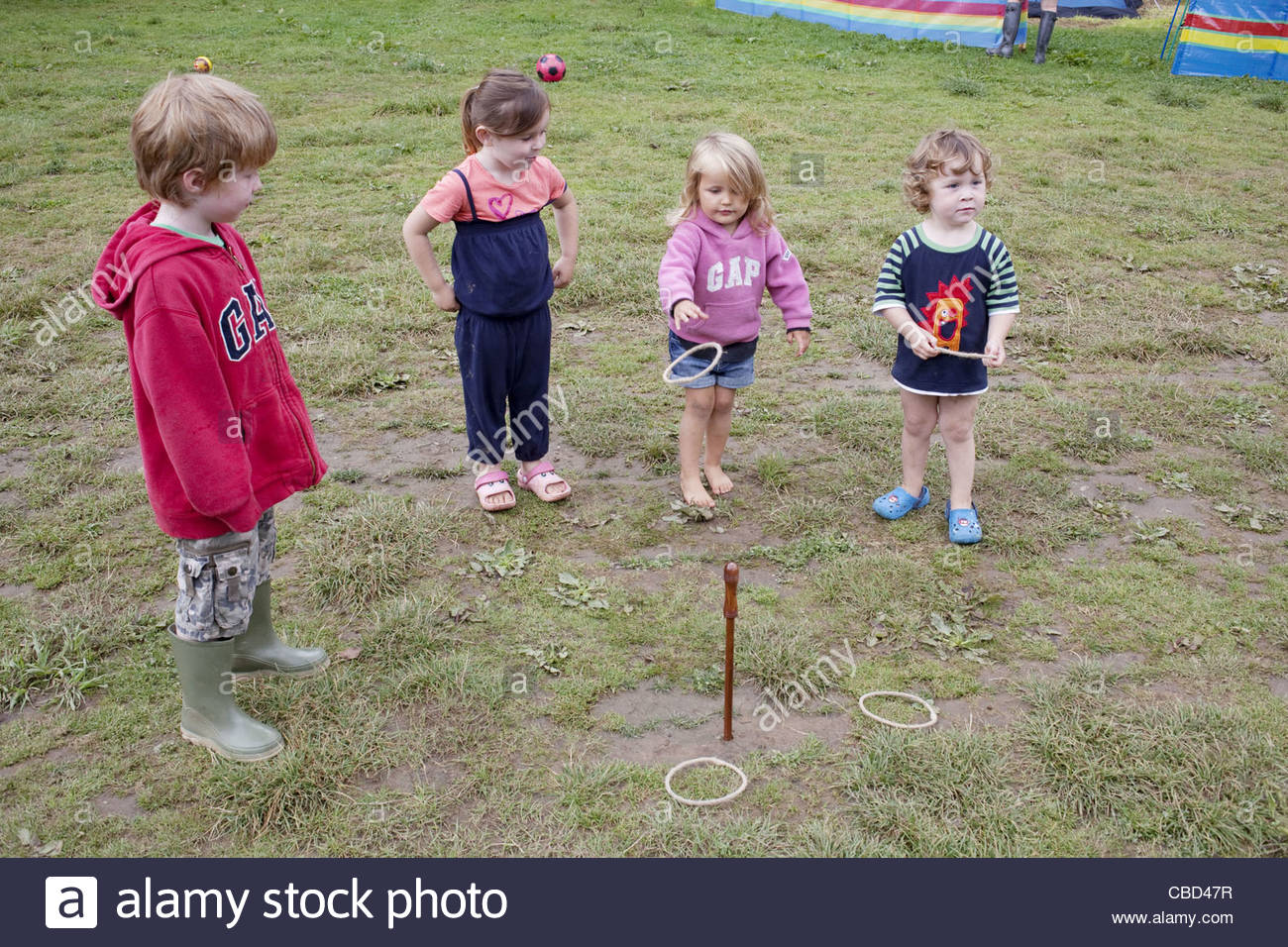 kids playing toss the ring - Stock Image