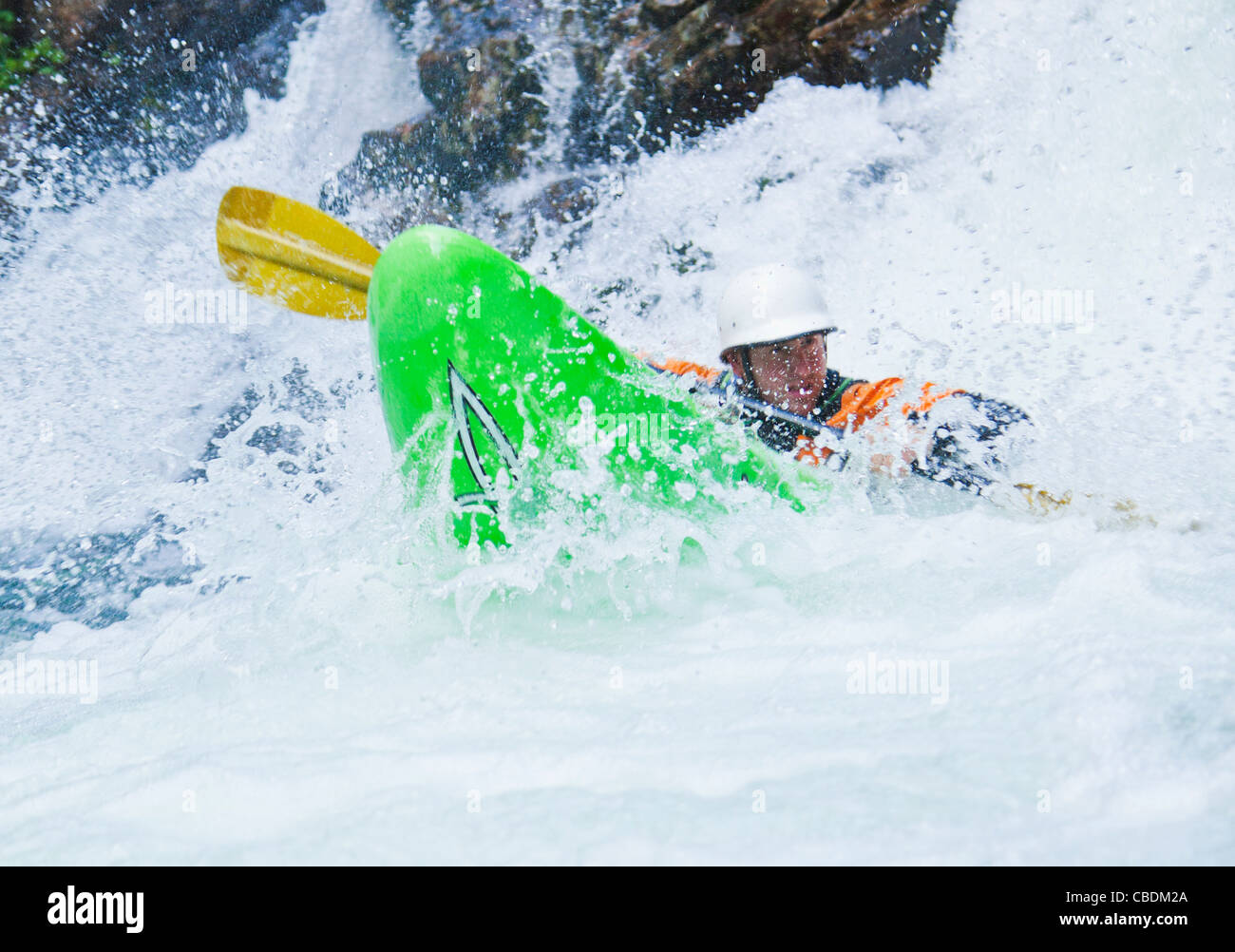 A man kayaking down a series of small waterfalls, Snoqualmie River (south fork), Washington, USA. Fall in the wall - Stock Image