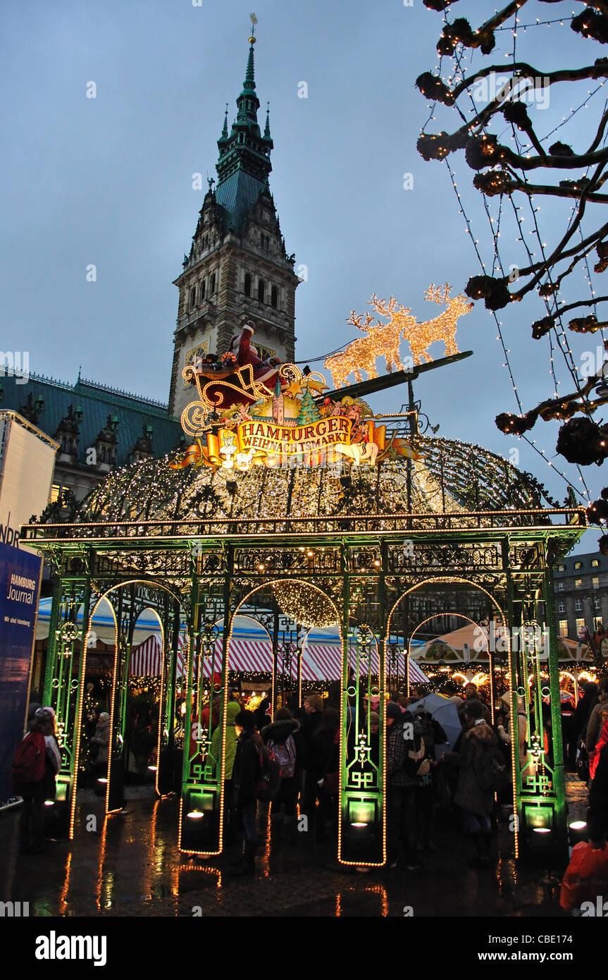 Entrance sign to Christmas Market at dusk, Rathausplatz, Hamburg, Hamburg Metropolitan Region, Federal Republic - Stock Image