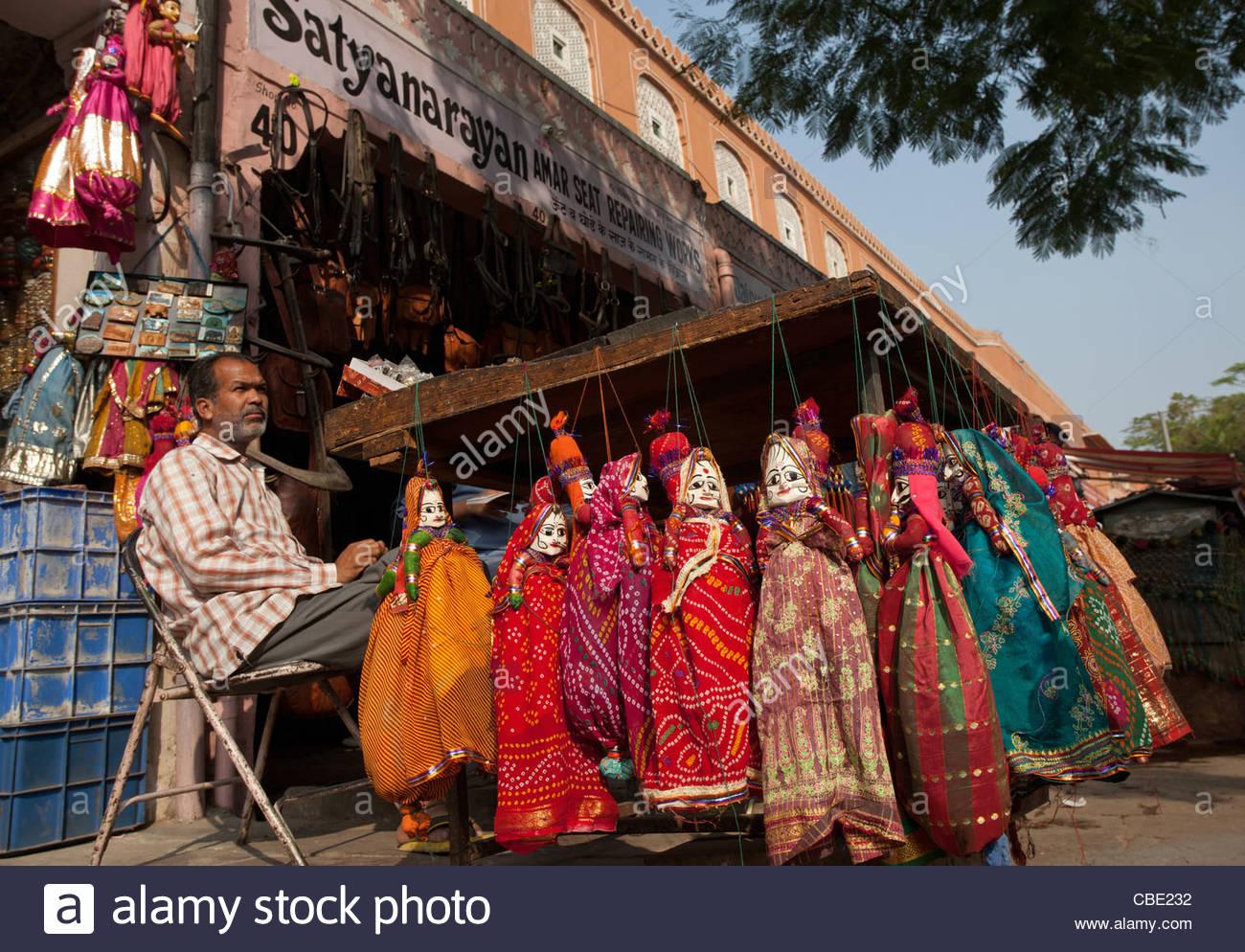 A street vendor sells puppets on the street near Hawa Mahal, Jaipur, Rajasthan, India. - Stock Image