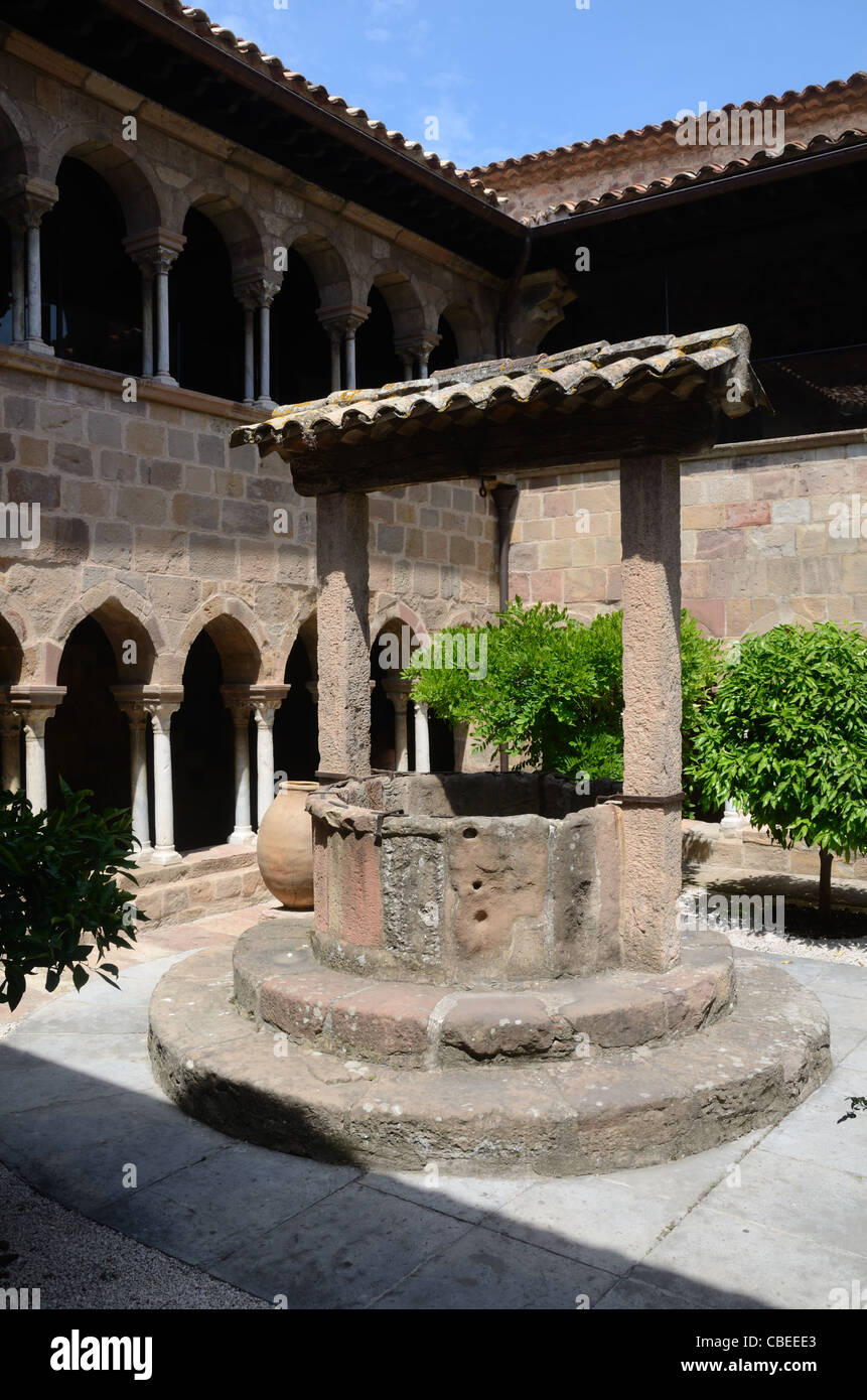 Medieval Stone Well, Courtyard and Romanesque Cloisters, Frejus Cathedral, Frejus, France - Stock Image