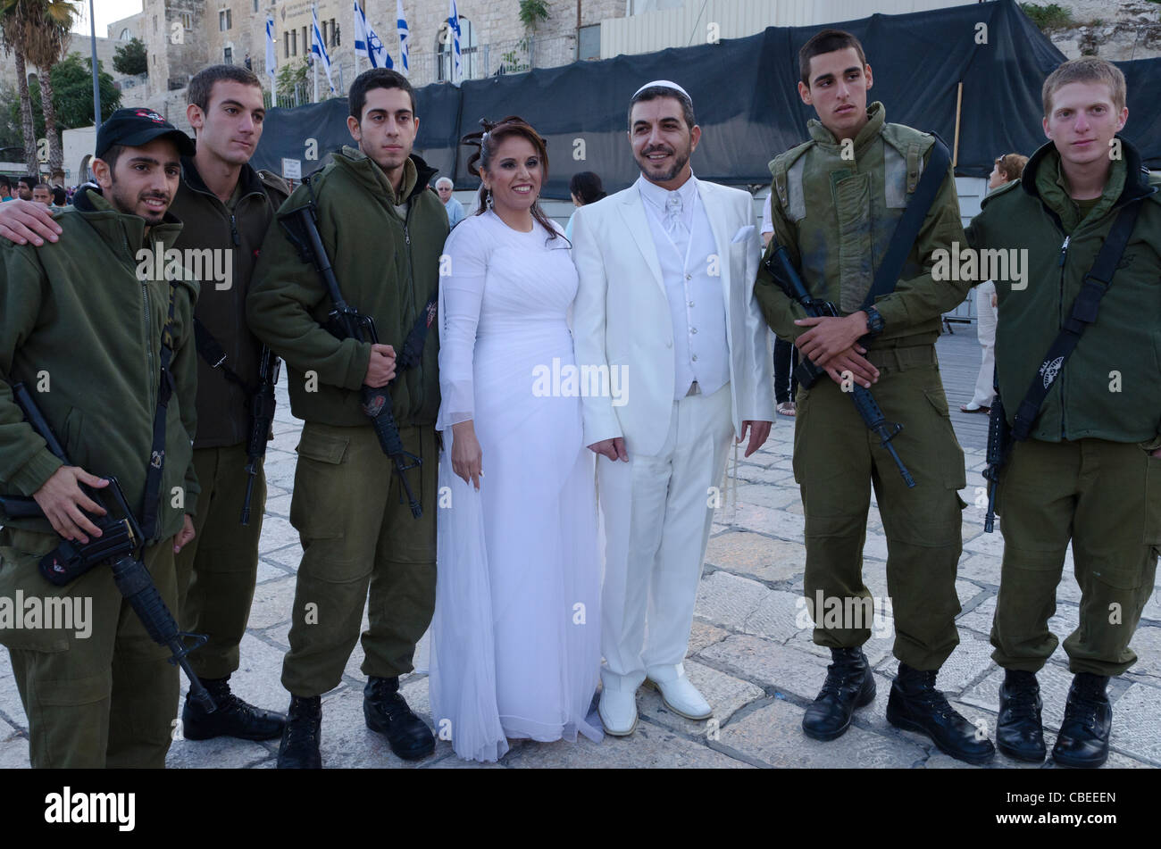 newly married couple with israeli soldiers. Western Wall. Jerusalem Old City. Israel - Stock Image
