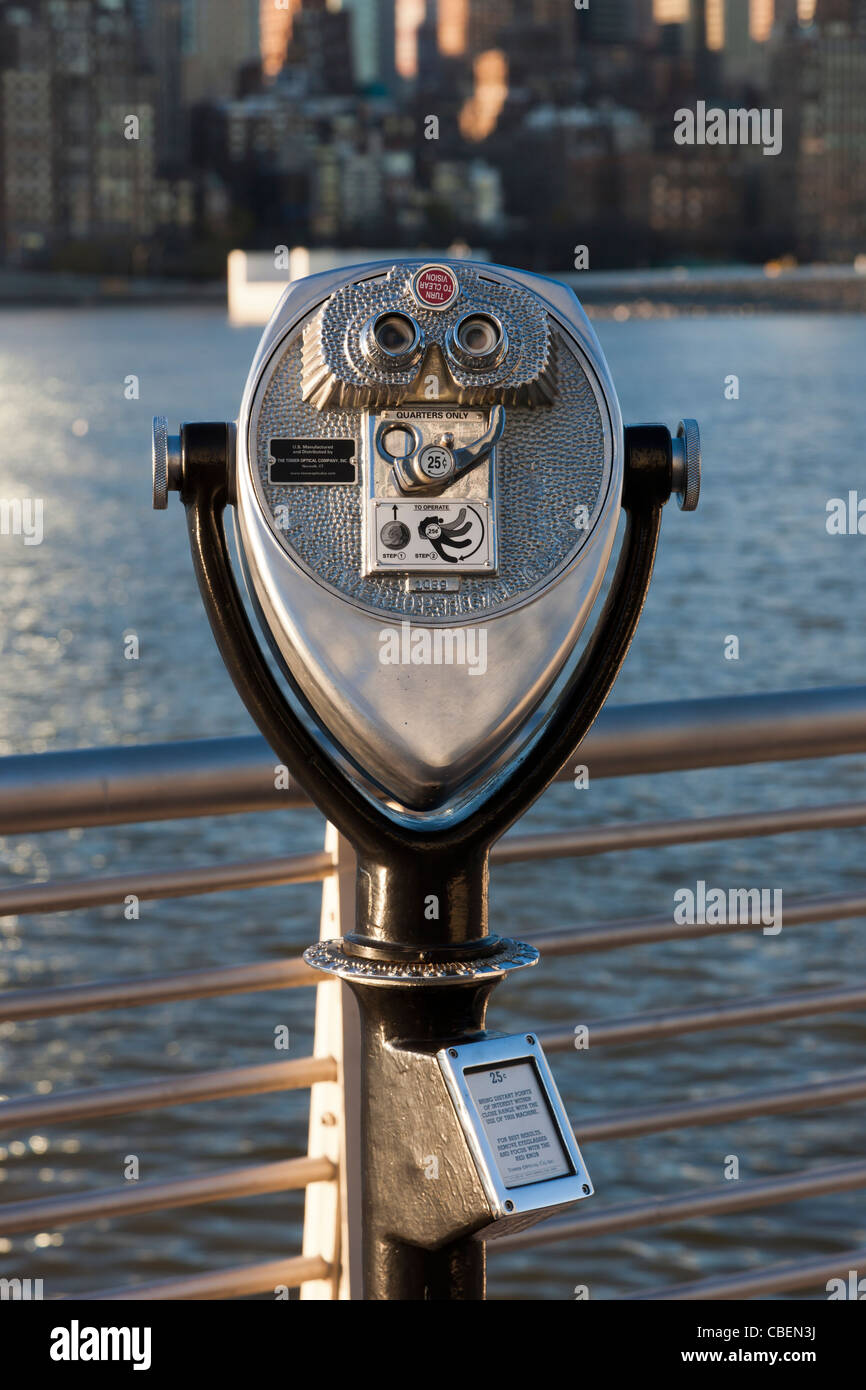 A coin operated binocular viewer in Gantry Plaza State Park offers views of Manhattan across the East River in New - Stock Image
