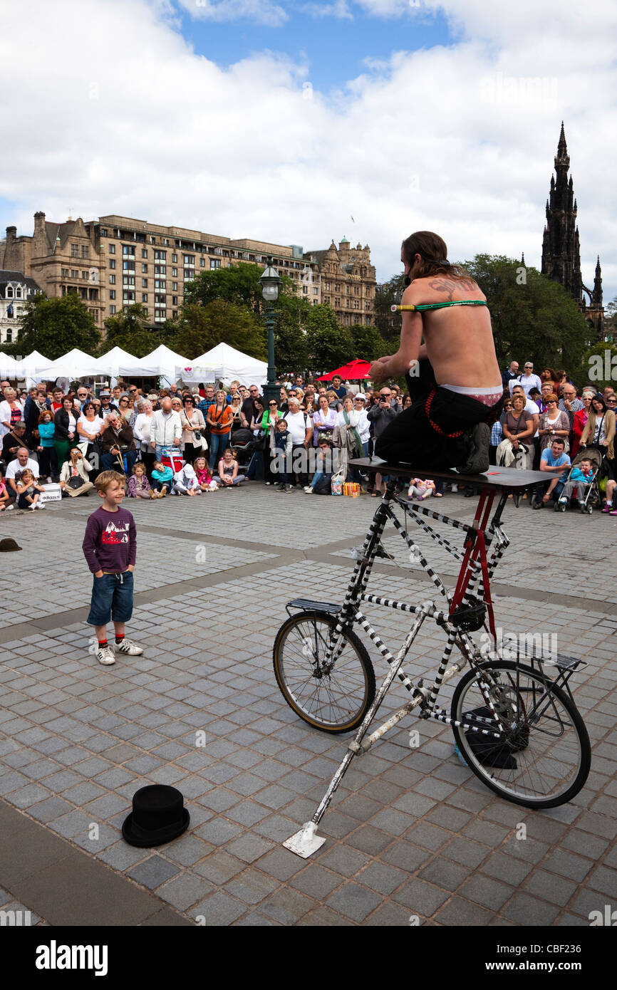 Street entertainer at The Edinburgh Fringe Festival - Stock Image