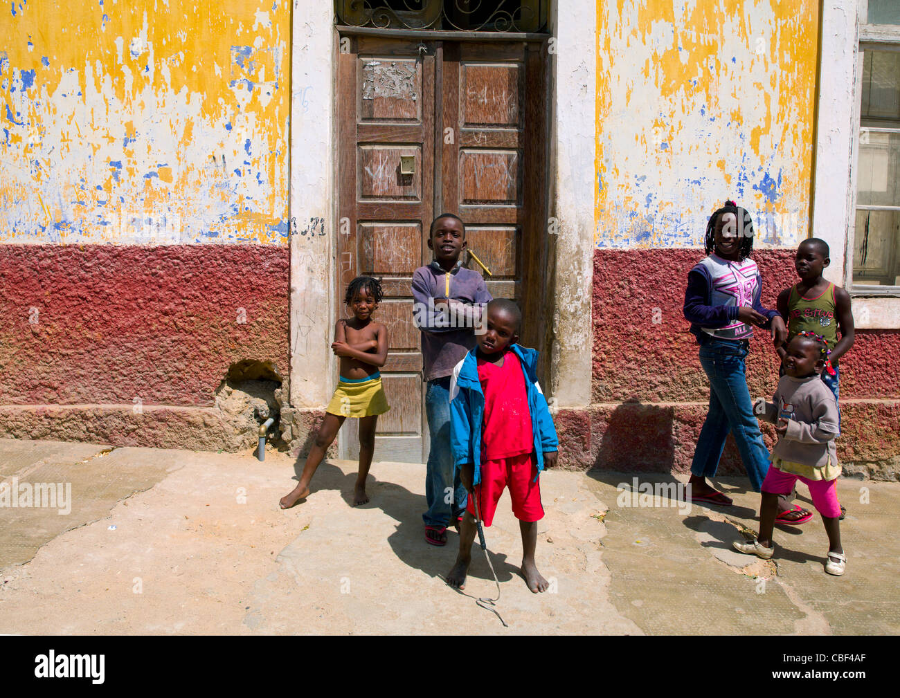 Kids In Front Of Dilapidated House In Namibe Town, Angola - Stock Image