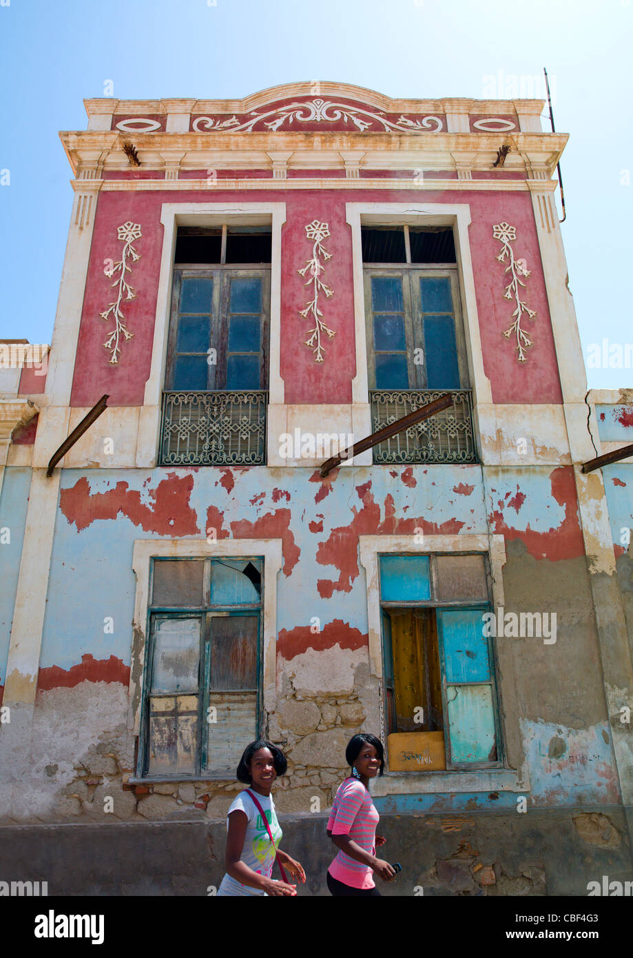 Girls In Front Of An Old Dilapidated Building In Namibe Town, Angola - Stock Image