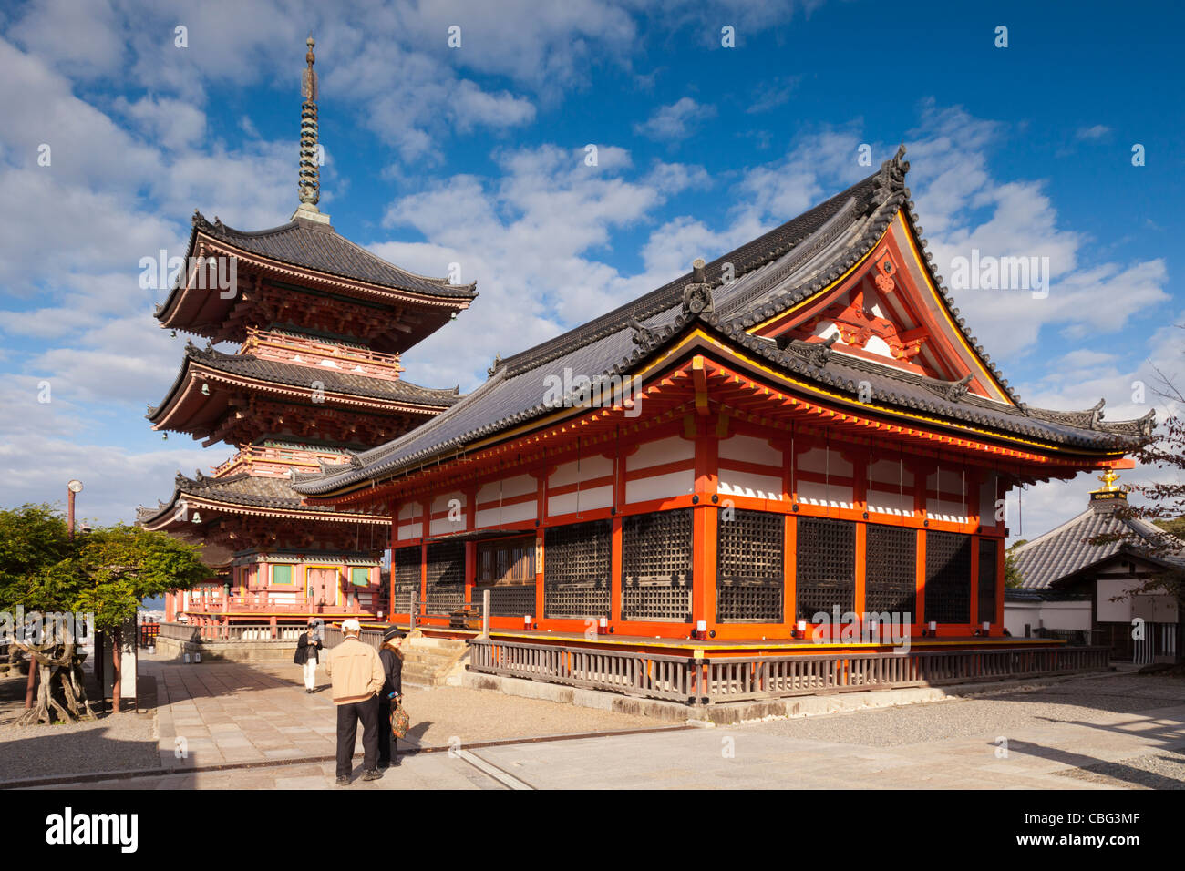 The Hall of Writings (Sutra Hall) and three storey pagoda in the Kiyomizu-dera temple complex, Kyoto, Japan. - Stock Image
