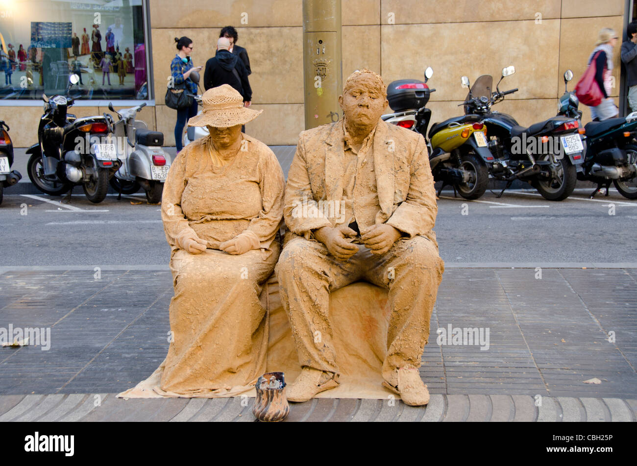 Spain, Catalunya, Barcelona. Popular downtown pedestrian street, La Rambla. Typical street mime with tip jar along - Stock Image