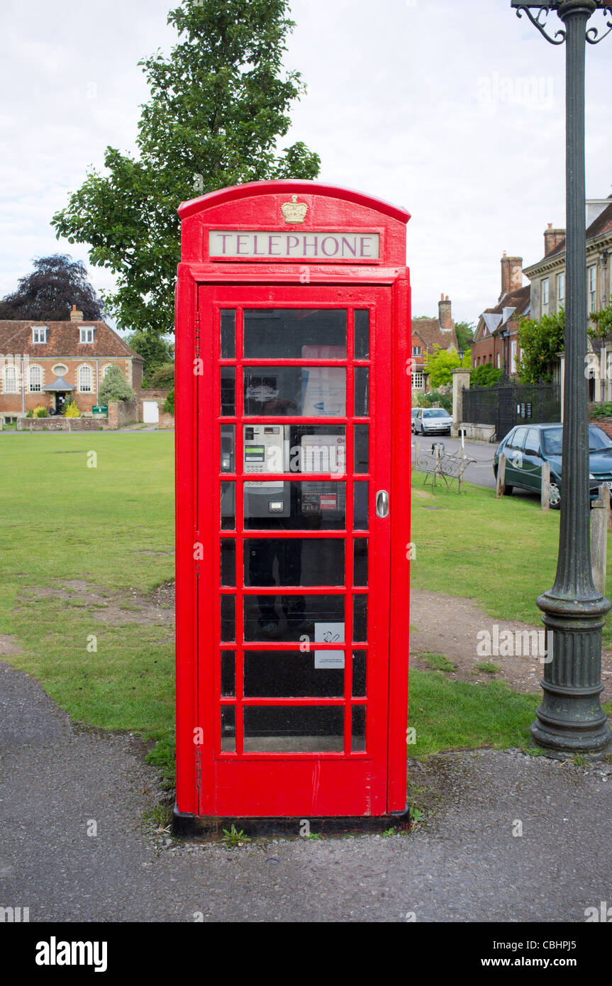 Red K6 telephone box in Salisbury Cathedral Close - Stock Image