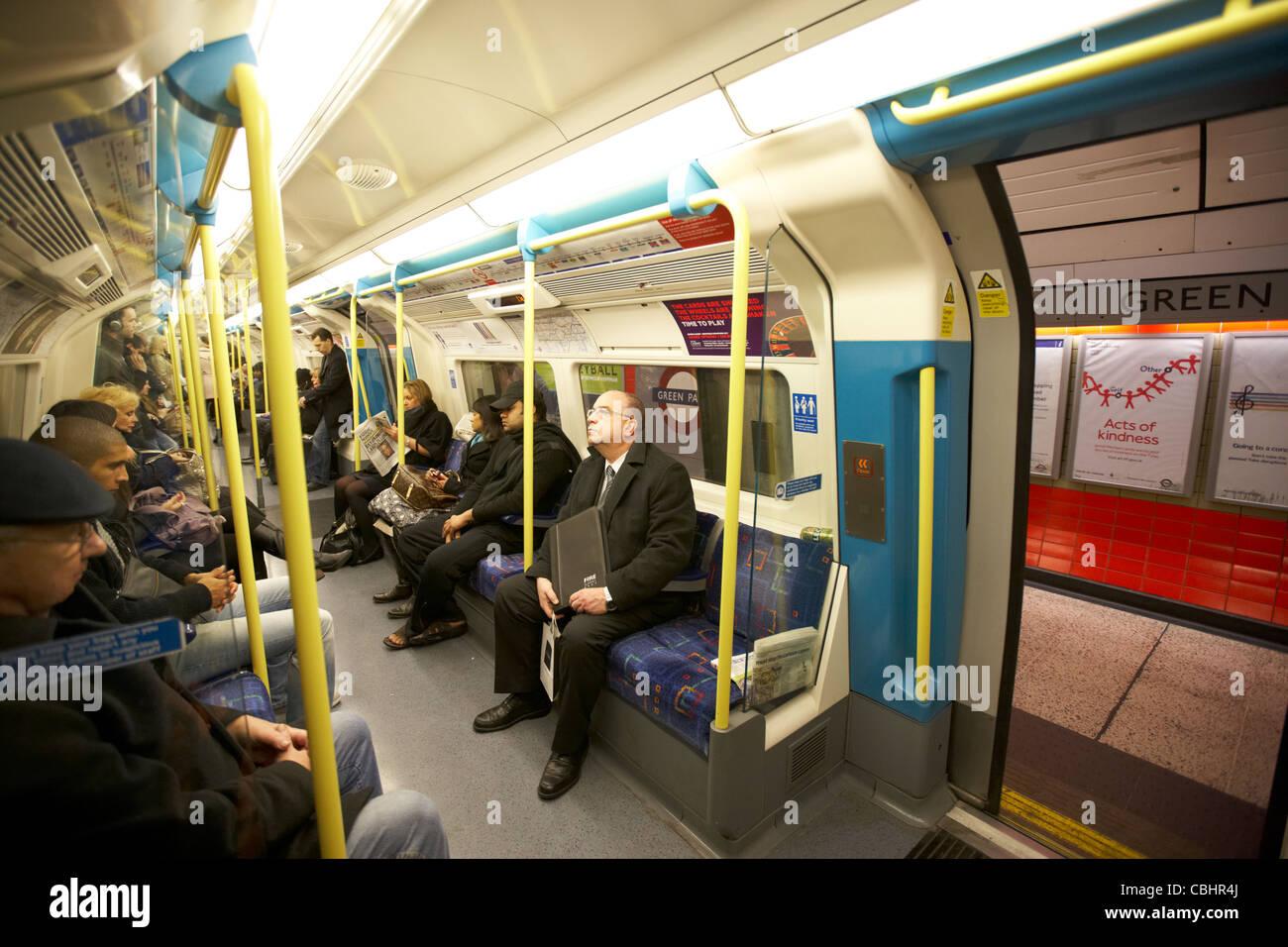 passengers on london underground tube train with doors open england united kingdom uk - Stock Image