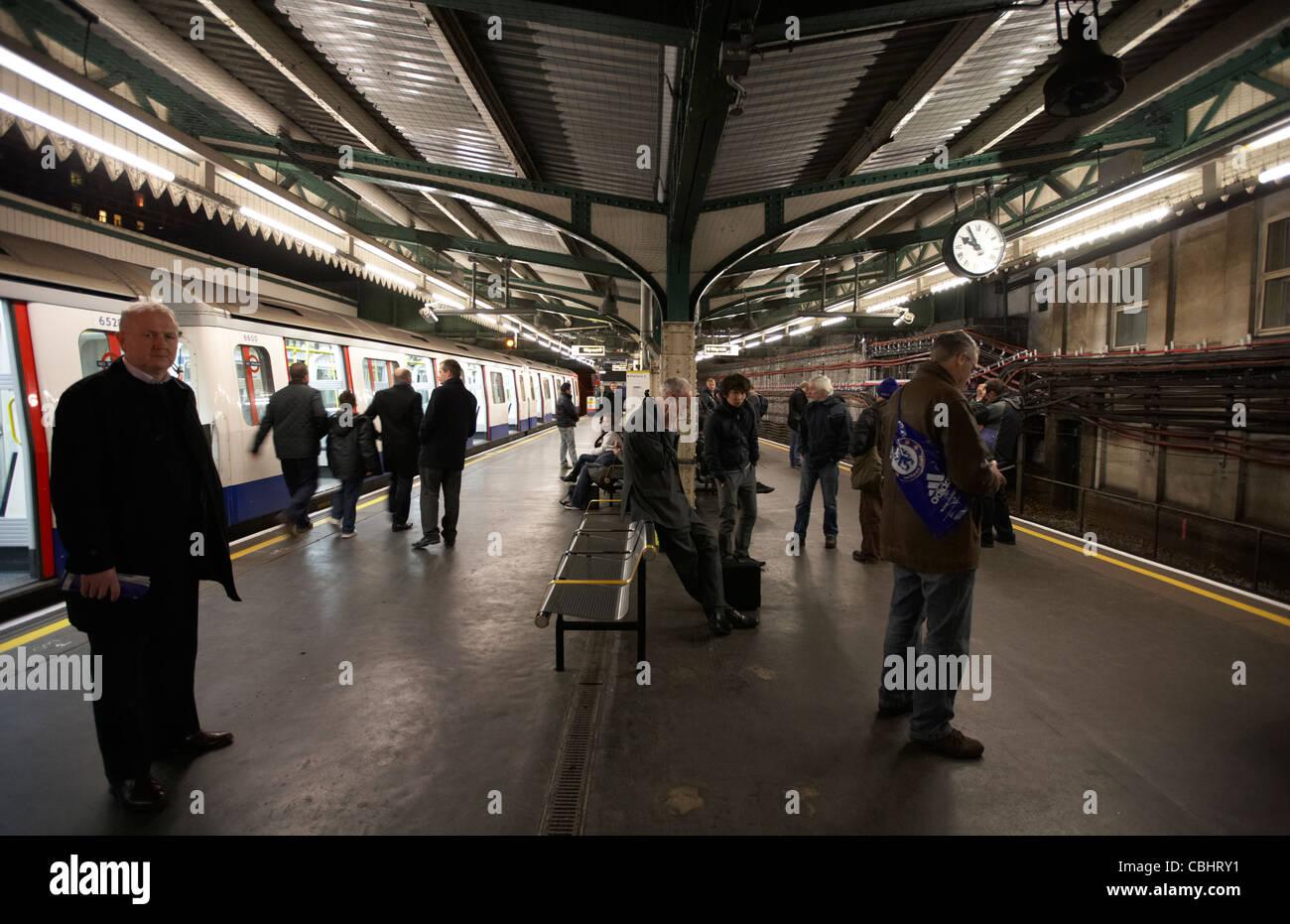 passengers waiting for delayed train at edgware road station london underground england united kingdom uk - Stock Image